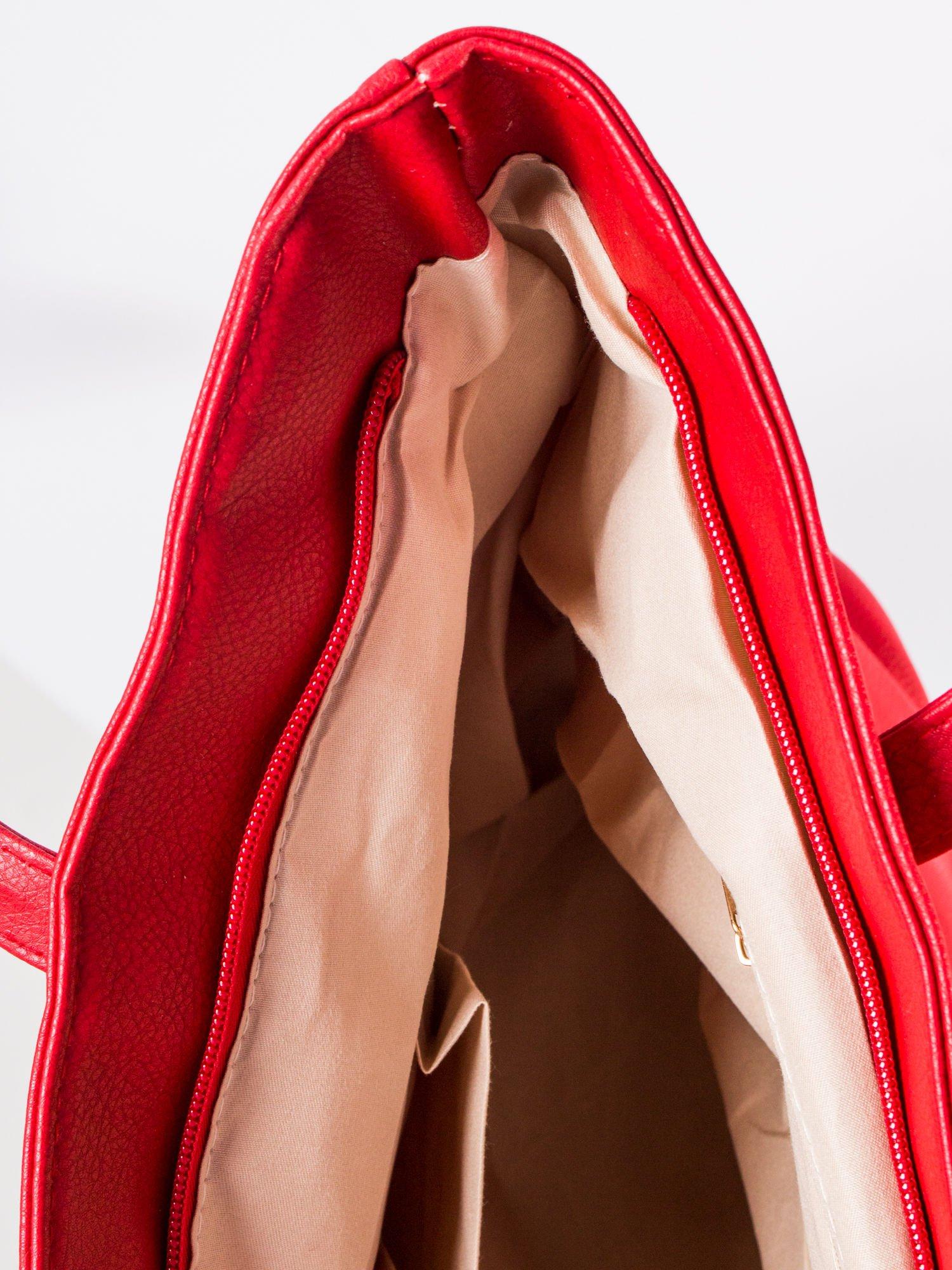 Czerwona torba ze złotym detalem                                  zdj.                                  8