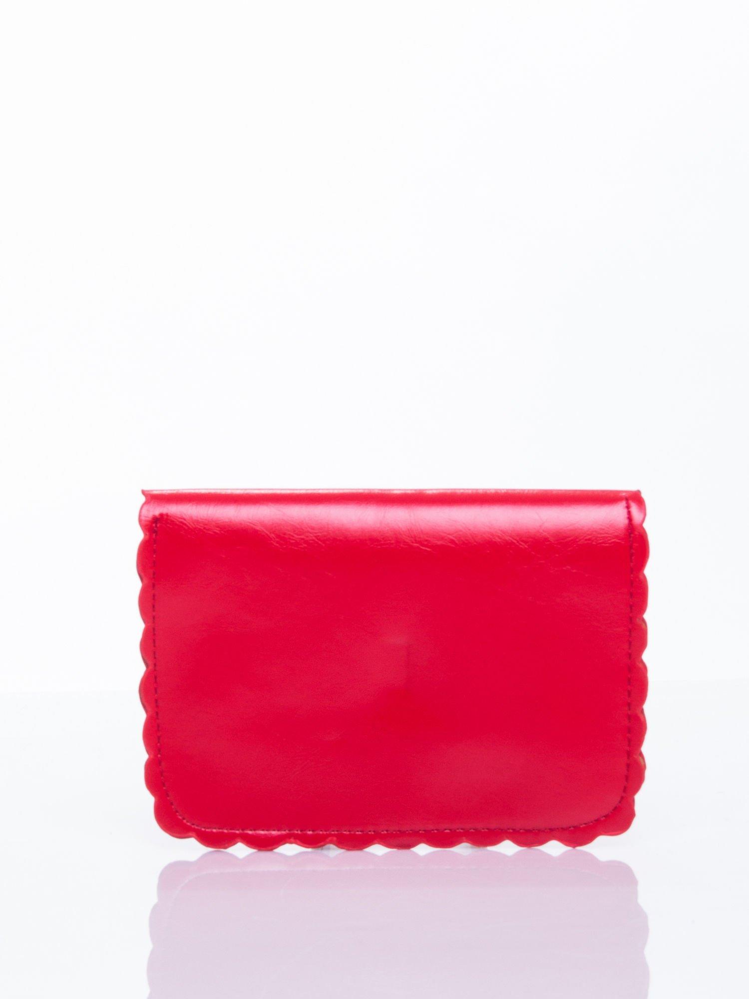 Czerwona torebka listonoszka z falowanym wykończeniem                                  zdj.                                  4
