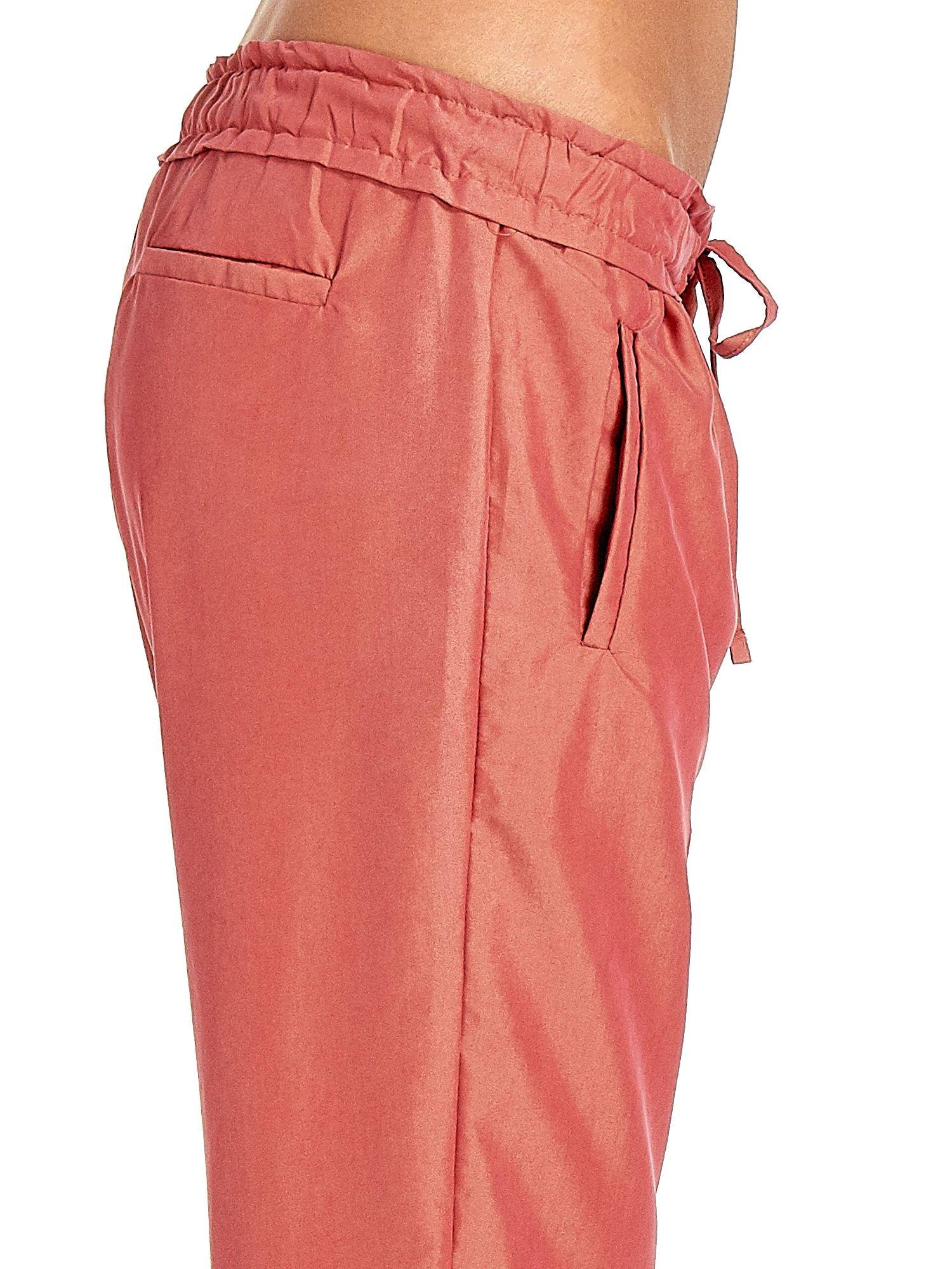 Czerwone lejące spodnie wiązane w pasie                                  zdj.                                  6