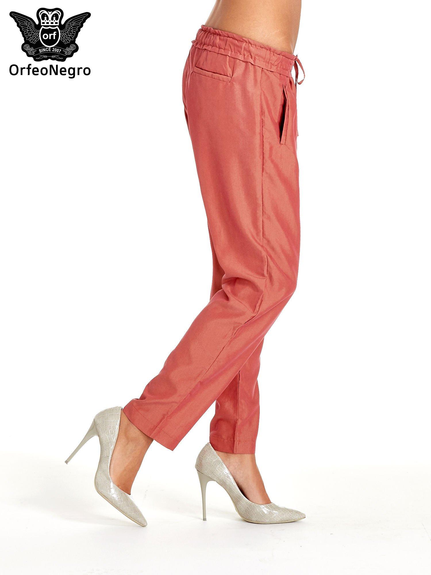 Czerwone lejące spodnie wiązane w pasie                                  zdj.                                  3