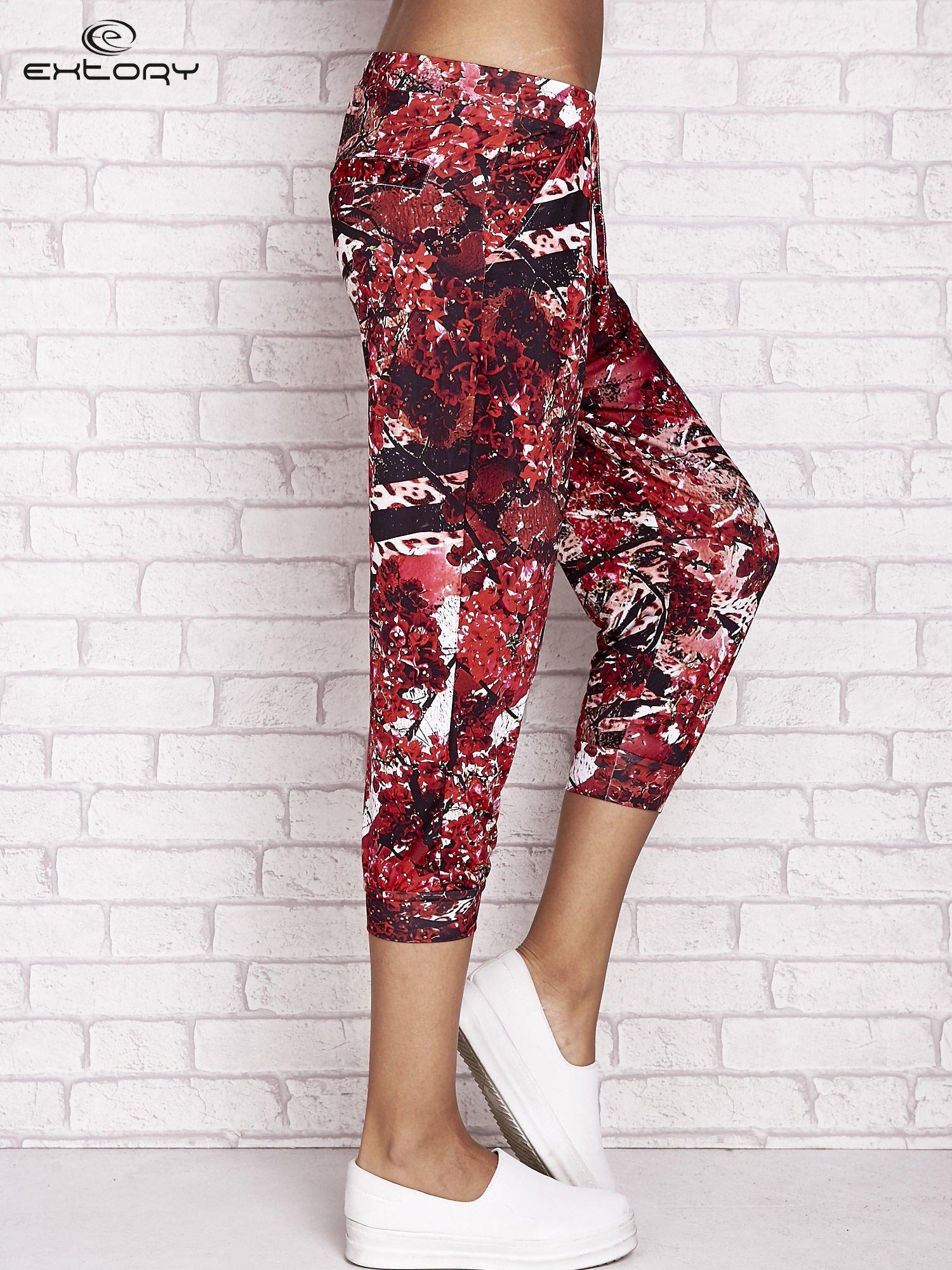 Czerwone spodnie capri z motywem floral print                                  zdj.                                  3