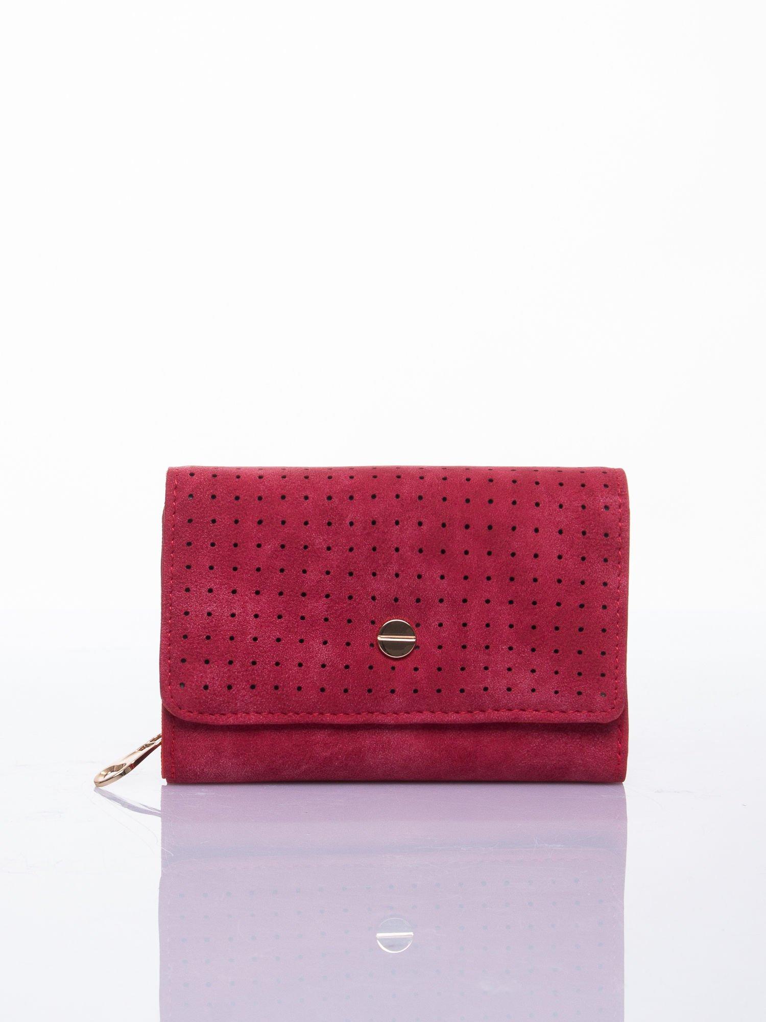 Czerwony ażurowany portfel ze złotym zapięciem                                  zdj.                                  1