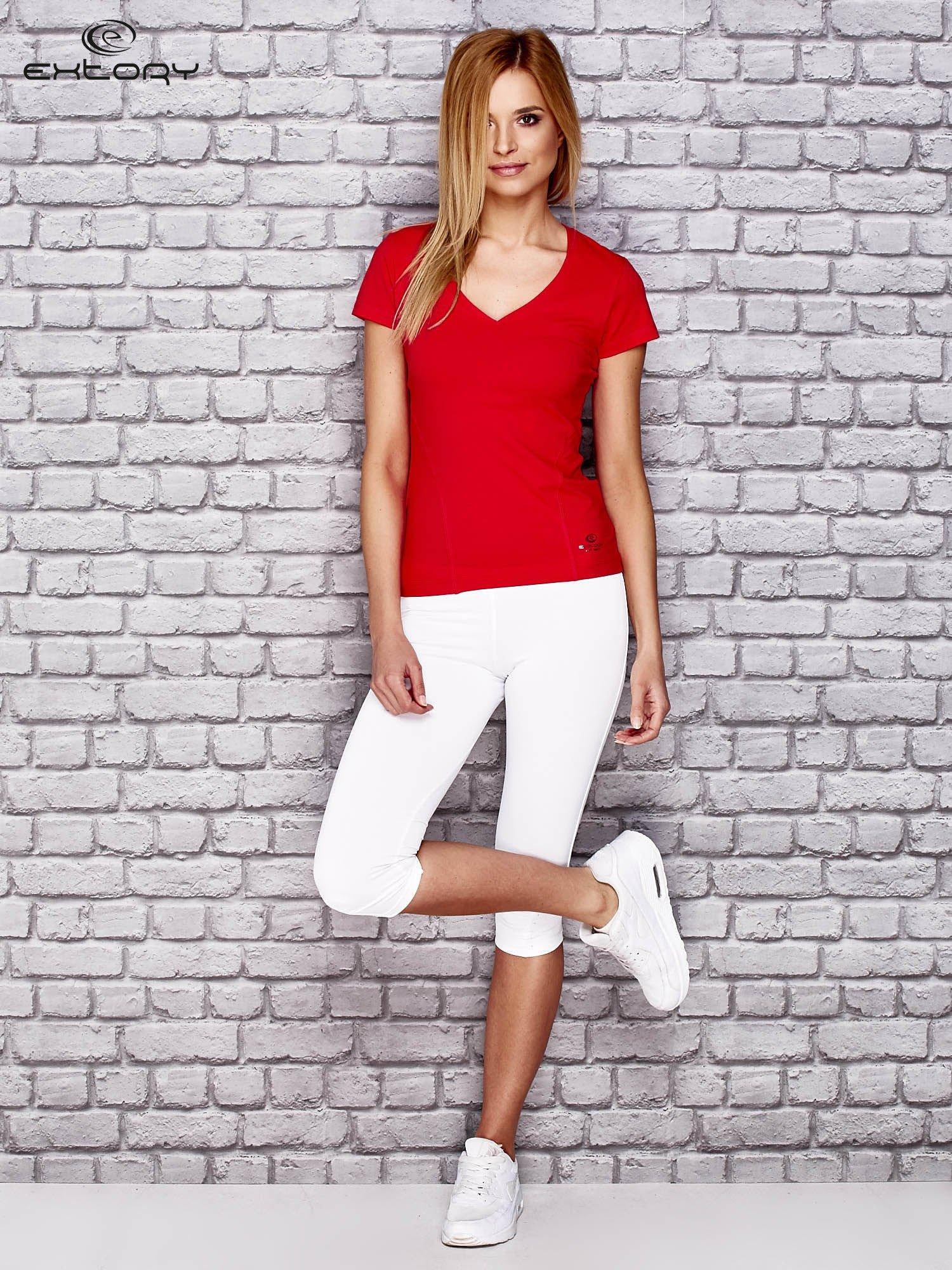 Czerwony damski t-shirt sportowy z modelującymi przeszyciami                                  zdj.                                  2