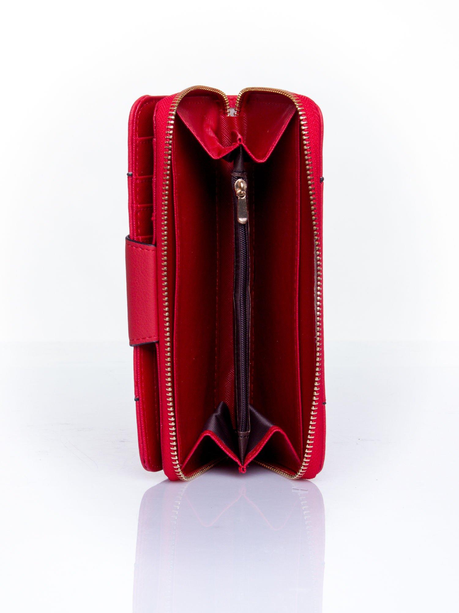 Czerwony portfel ze złoconą klamrą                                  zdj.                                  4