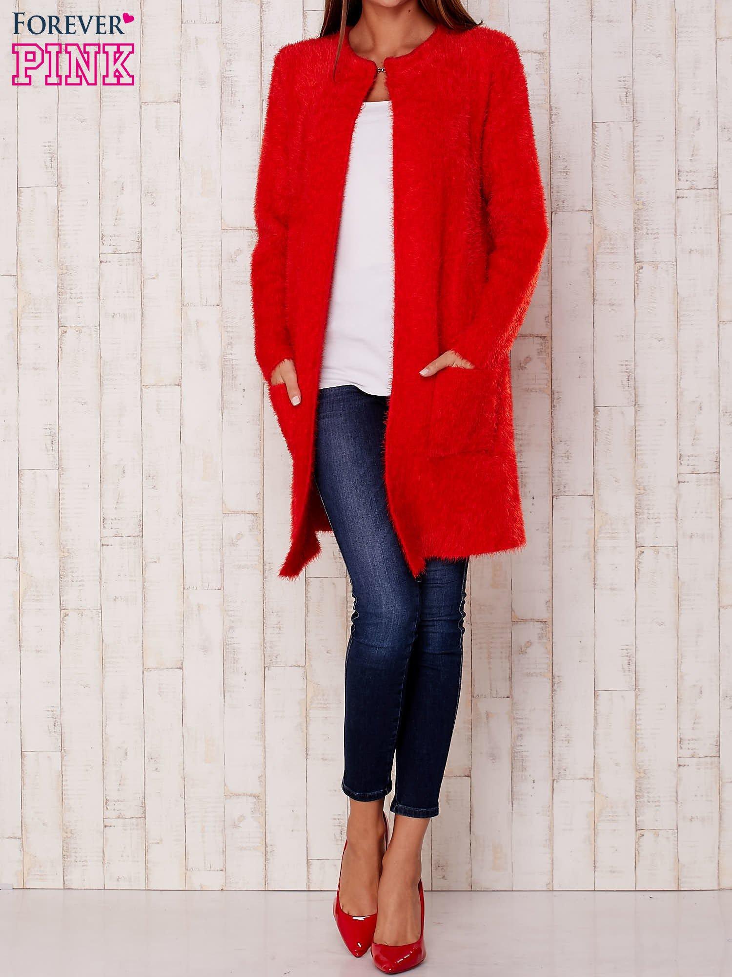Czerwony puszysty sweter z otwartym dekoltem                                  zdj.                                  2