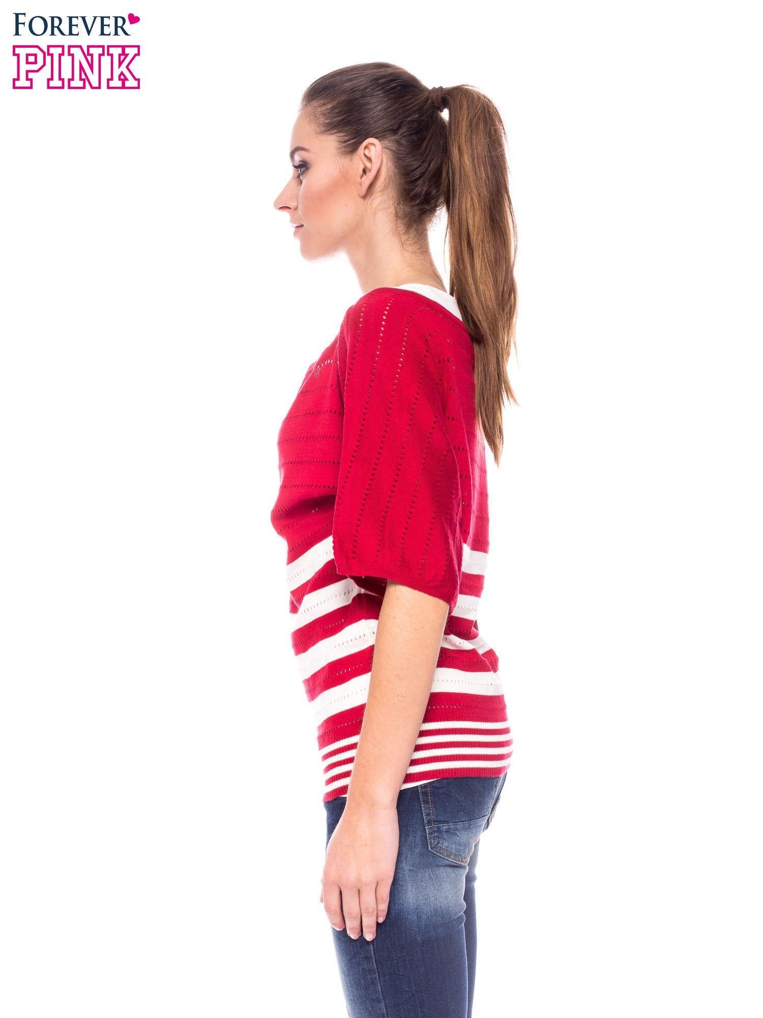 Czerwony sweter w paski z szerokim dekoltem                                  zdj.                                  3