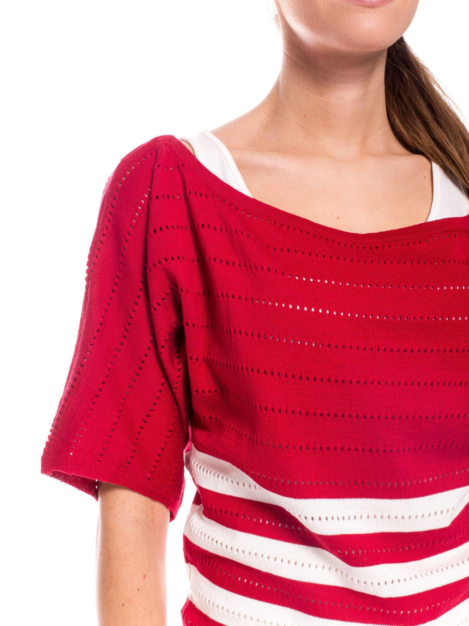 Czerwony sweter w paski z szerokim dekoltem                                  zdj.                                  5