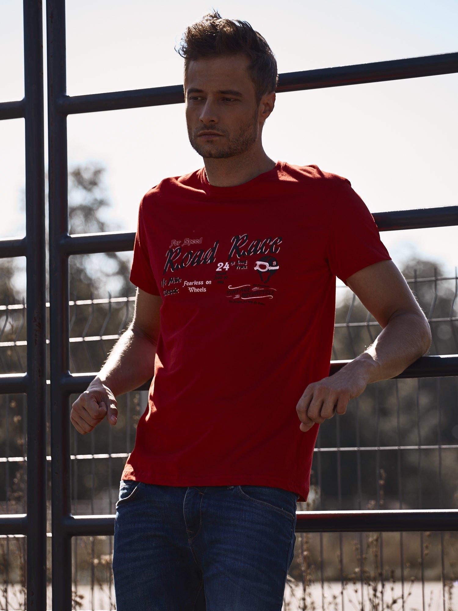 Czerwony t-shirt męski z wyścigowym napisem ROAD RACE                                  zdj.                                  1