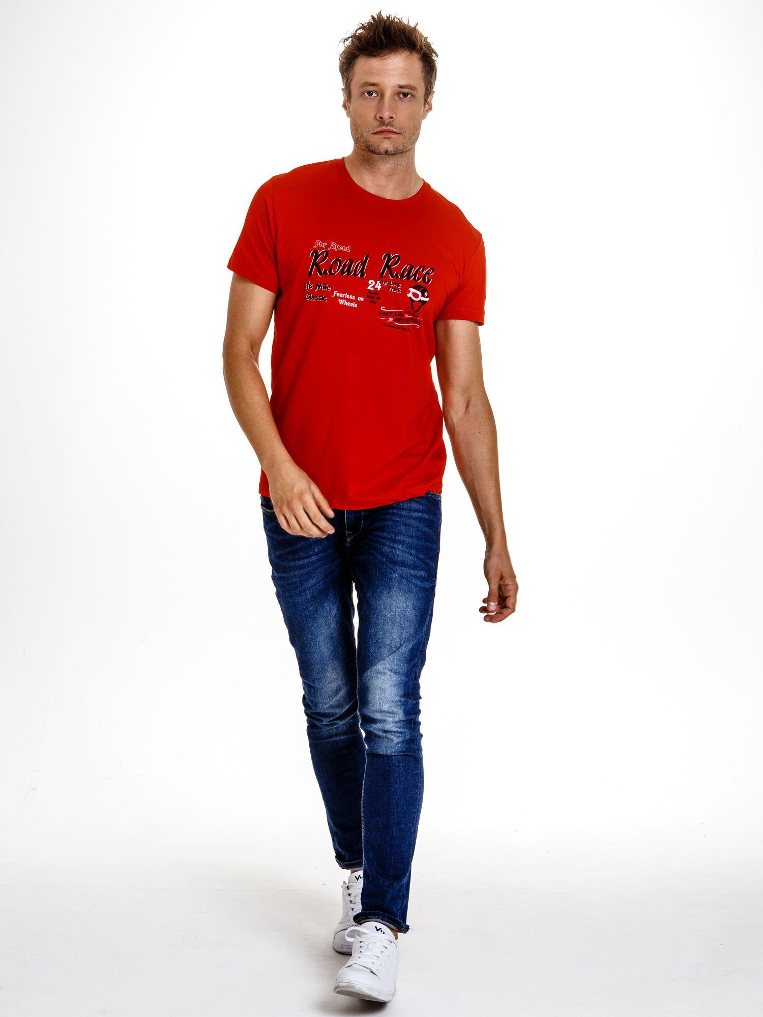 Czerwony t-shirt męski z wyścigowym napisem ROAD RACE                                  zdj.                                  5