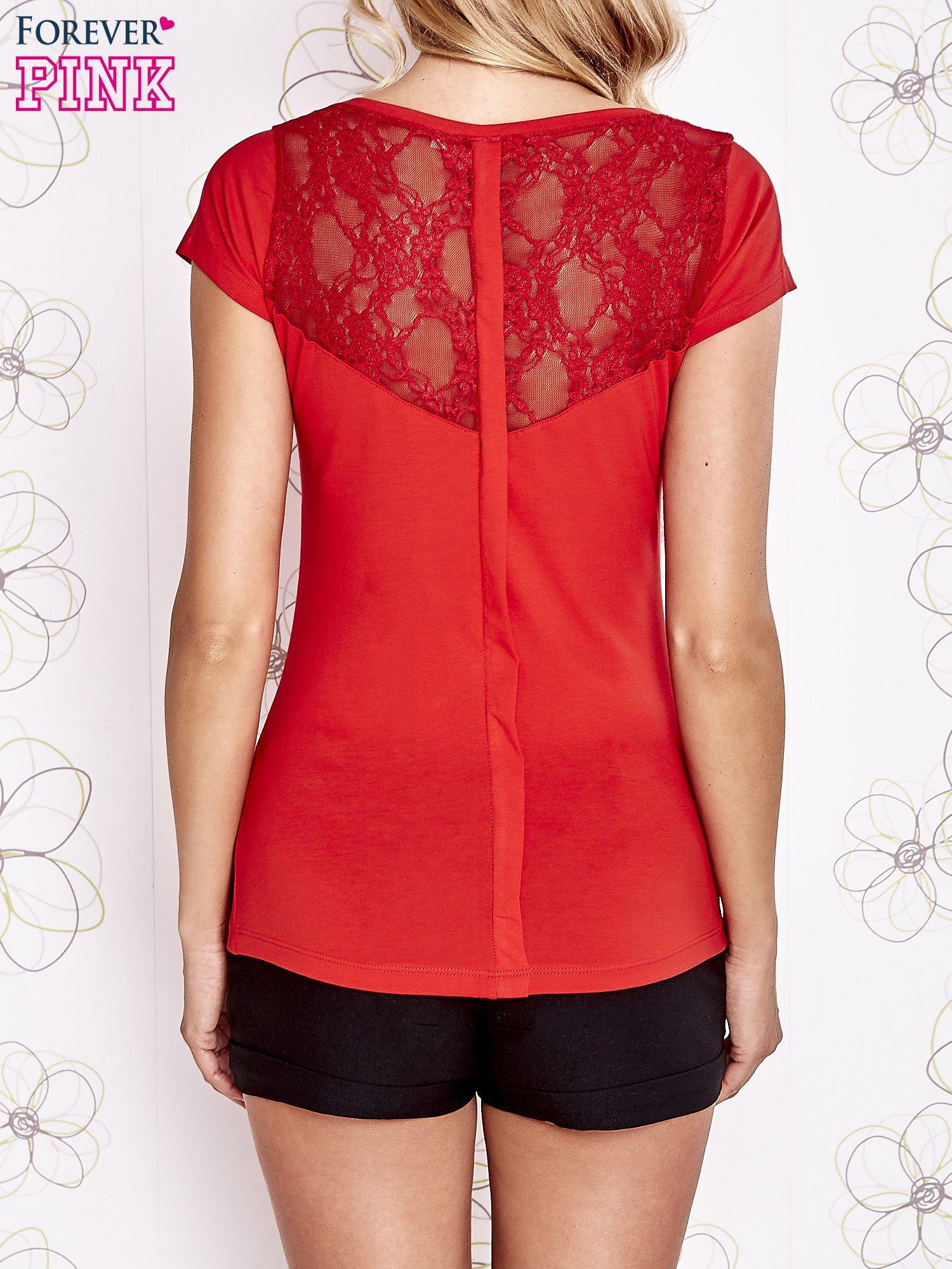 Czerwony t-shirt z kieszonką i koronkowym tyłem                                  zdj.                                  4