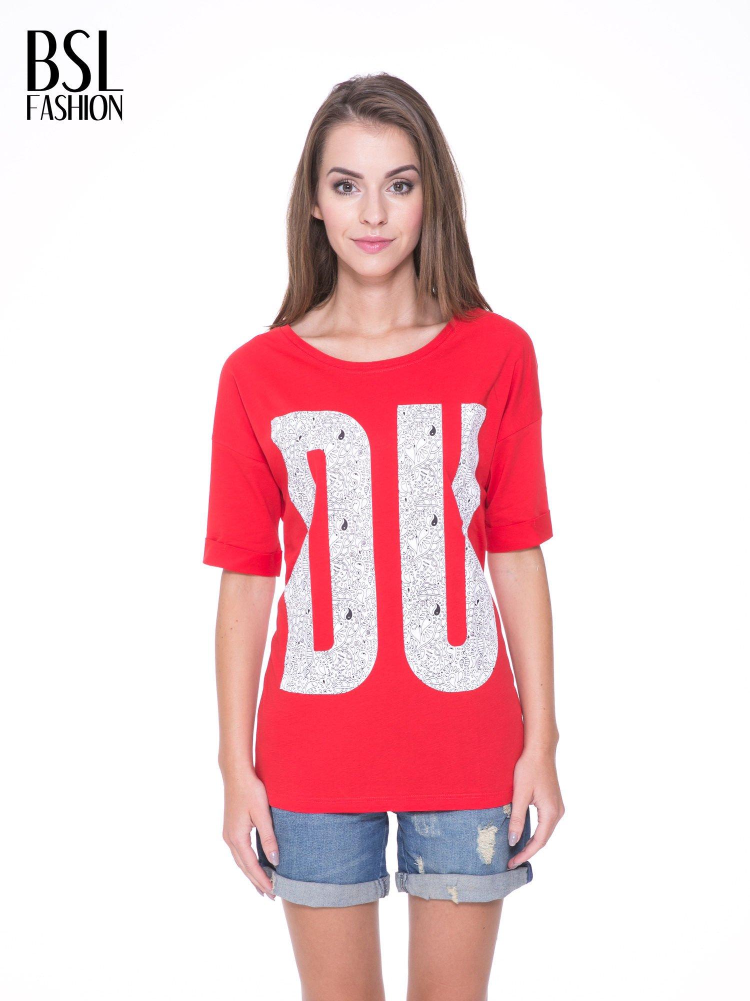 Czerwony t-shirt z nadukiem DUDE z przodu i na plecach                                  zdj.                                  1