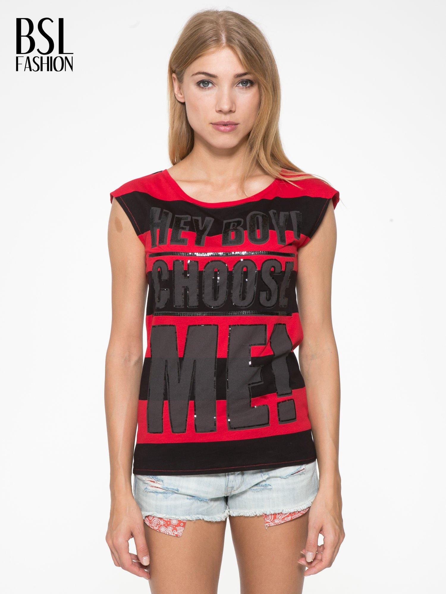 Czerwony t-shirt z napisem HEY BOY CHOOSE ME zdobiony cekinami                                  zdj.                                  1