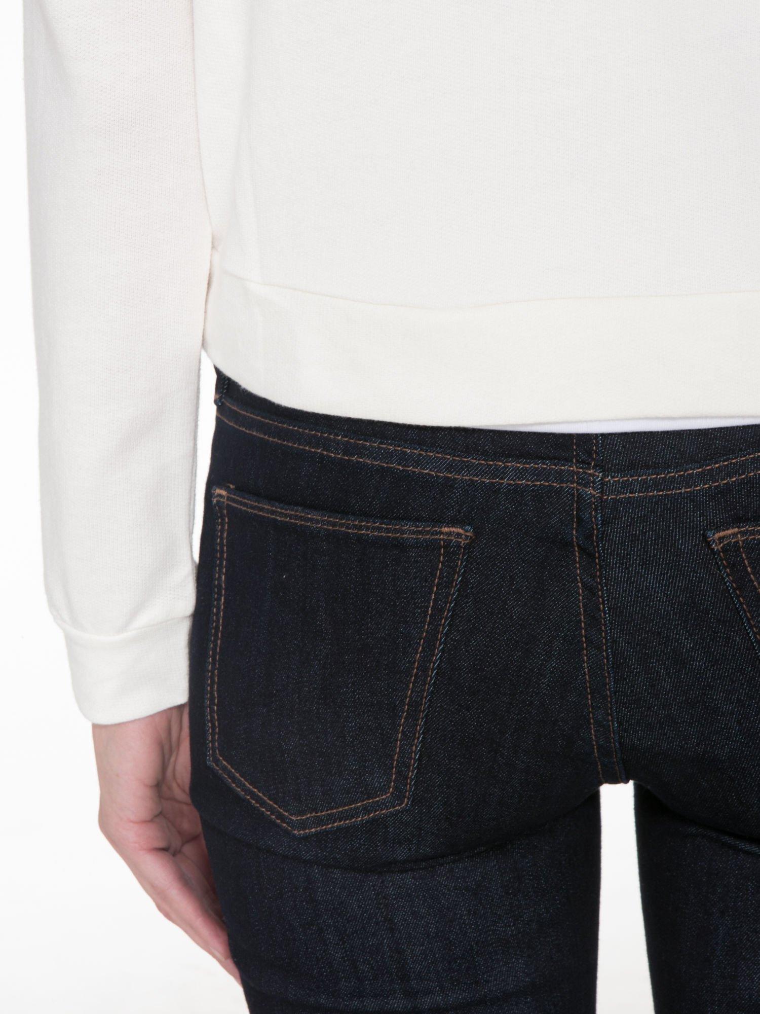 Ecru bluza cropped z katurem i nadrukiem numerycznym                                  zdj.                                  8