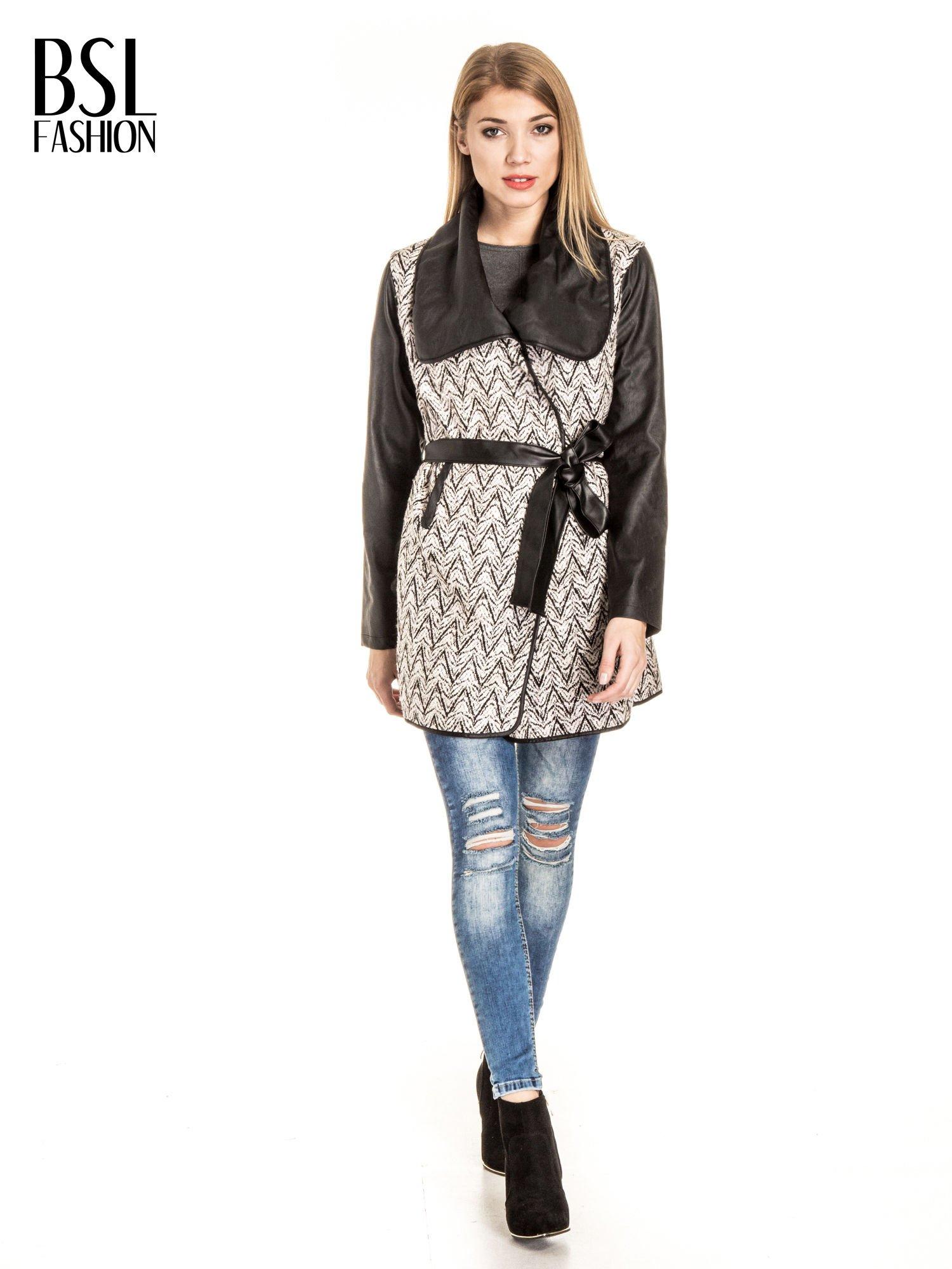 Ecru-czarny wzorzysty wełniany płaszcz ze skórzanymi rękawami                                  zdj.                                  2