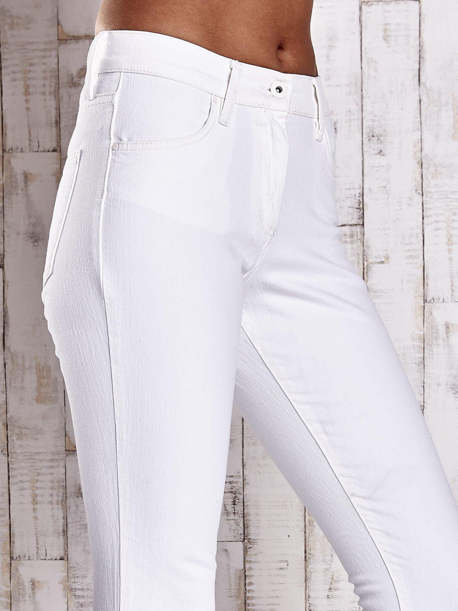 Ecru dopasowane spodnie skinny jeans                                  zdj.                                  4