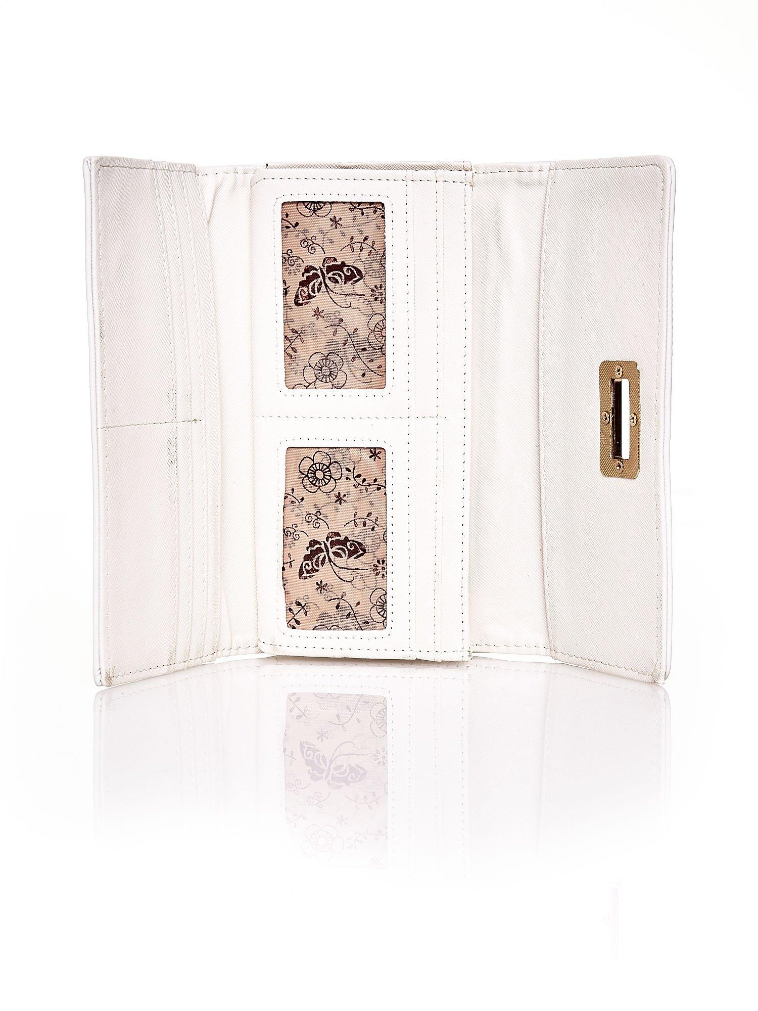 Ecru fakturowany portfel ze stylizowanym zapięciem                                   zdj.                                  4
