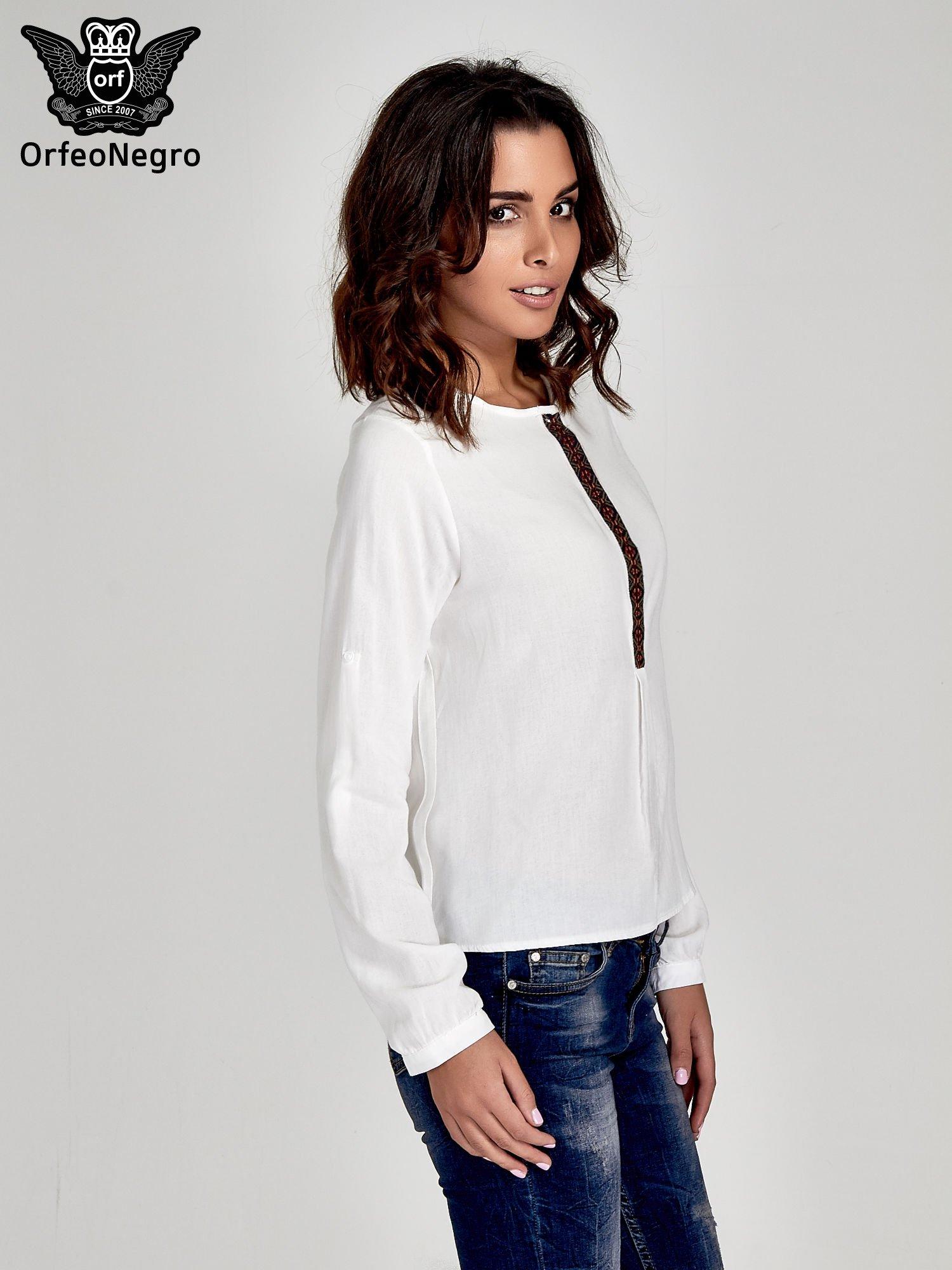 Ecru koszula ze wzorzystą wstawką w stylu etno                                  zdj.                                  3