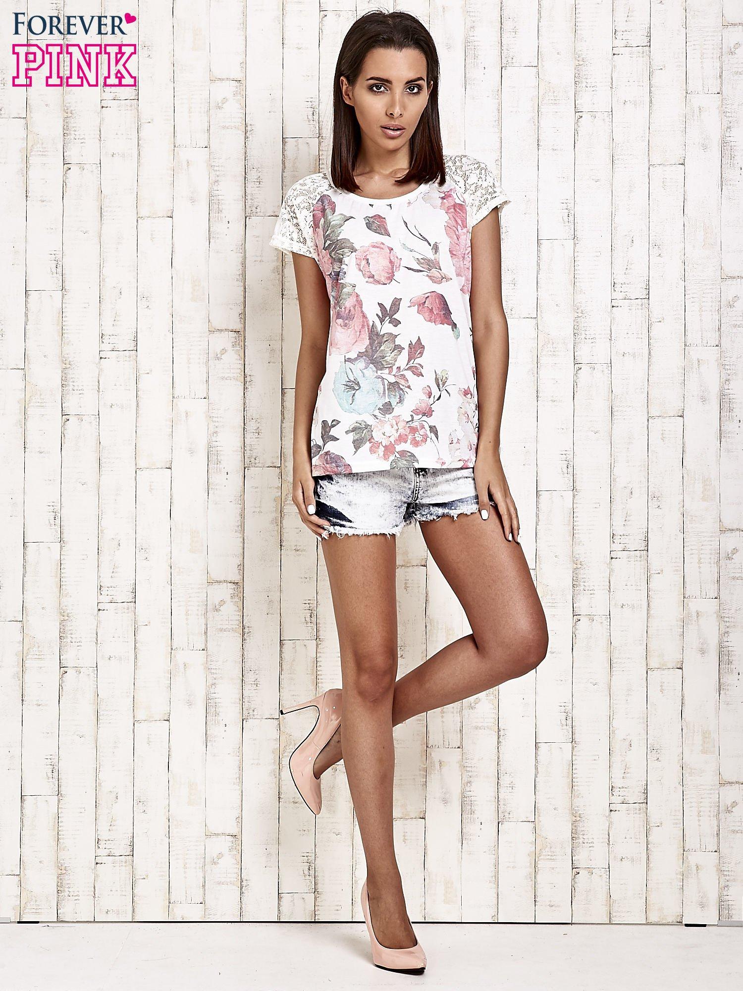 Ecru kwiatowy t-shirt z koronką przy rękawach                                  zdj.                                  2