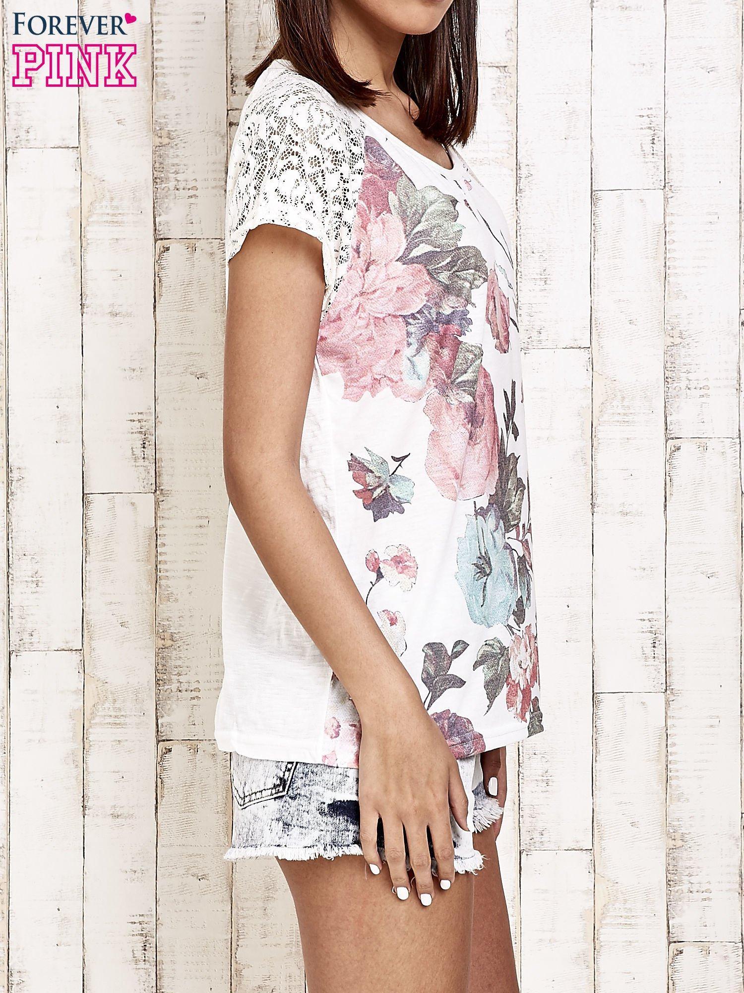 Ecru kwiatowy t-shirt z koronką przy rękawach                                  zdj.                                  3