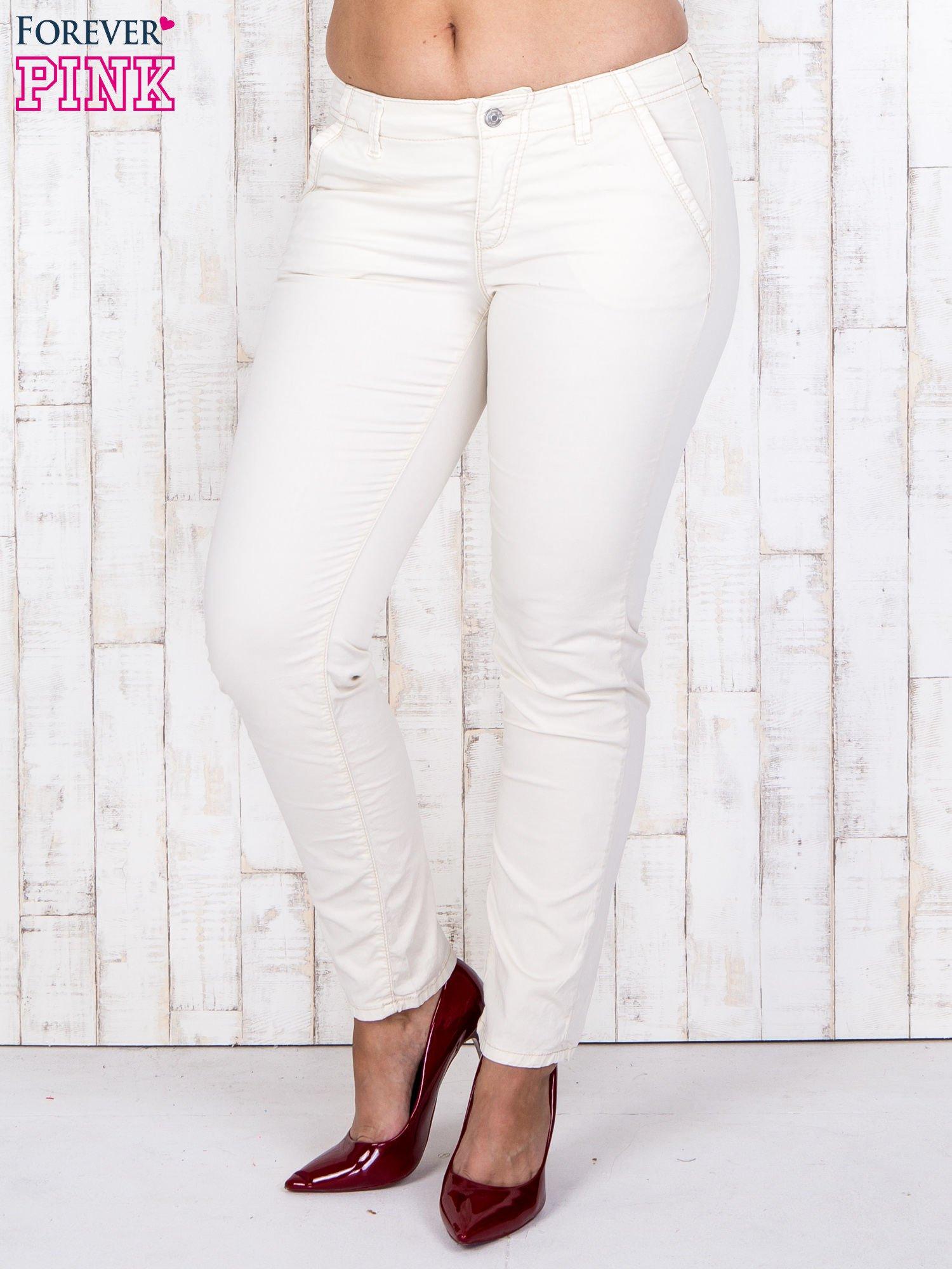Ecru materiałowe spodnie z przednimi kieszeniami PLUS SIZE                                  zdj.                                  1