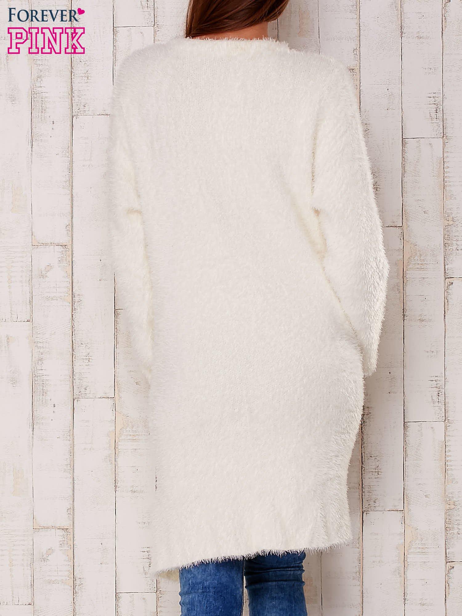 Ecru puszysty sweter z otwartym dekoltem                                  zdj.                                  4