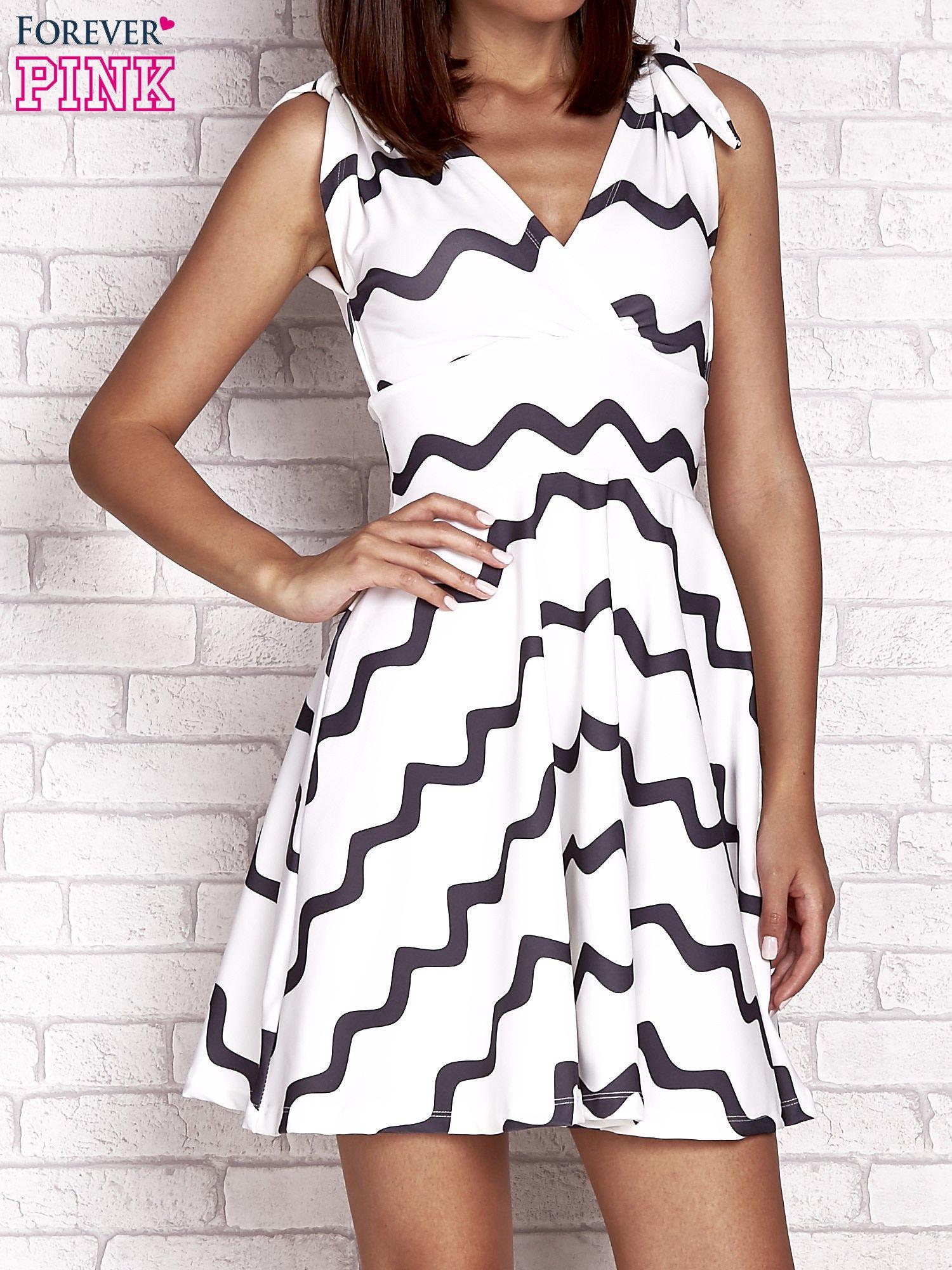 Ecru rozkloszowana sukienka w graficzne wzory                                  zdj.                                  1