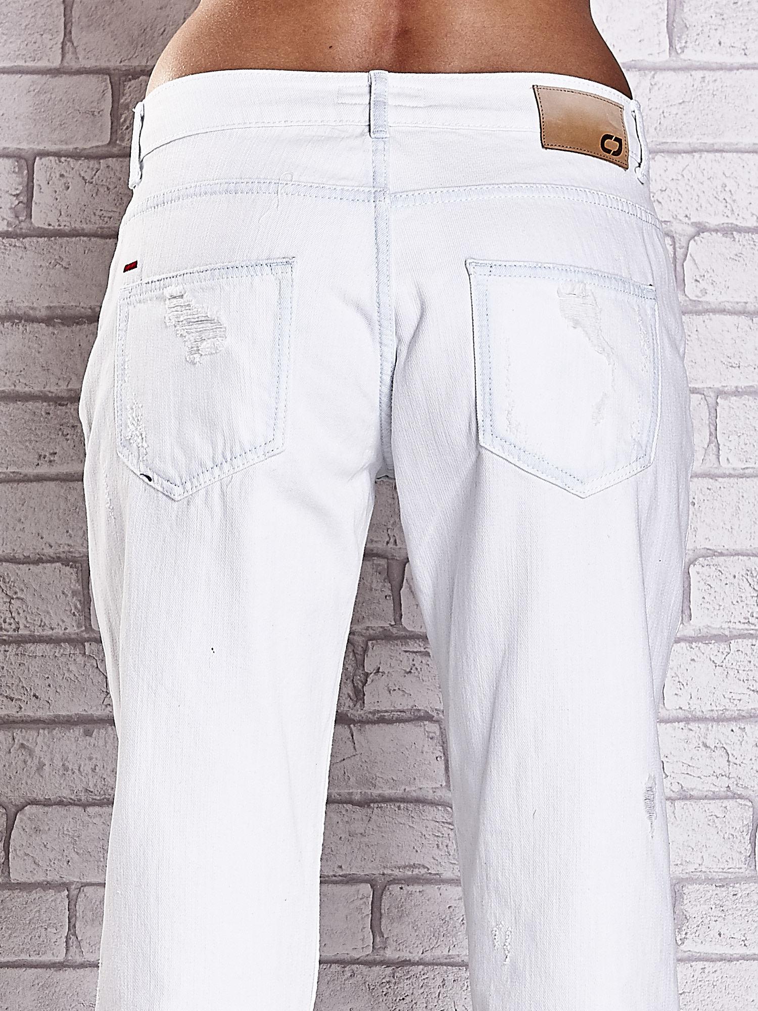 Ecru spodnie boyfriend jeans z dziurami                                  zdj.                                  6