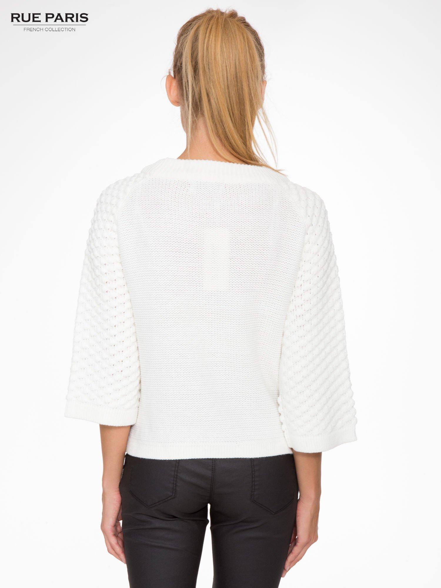 Ecru sweter o bąbelkowej fakturze                                  zdj.                                  4