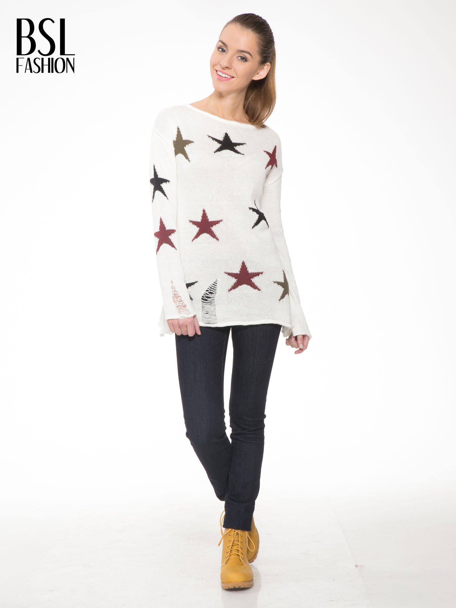 Ecru sweter w gwiazdy z efektem destroyed                                  zdj.                                  2