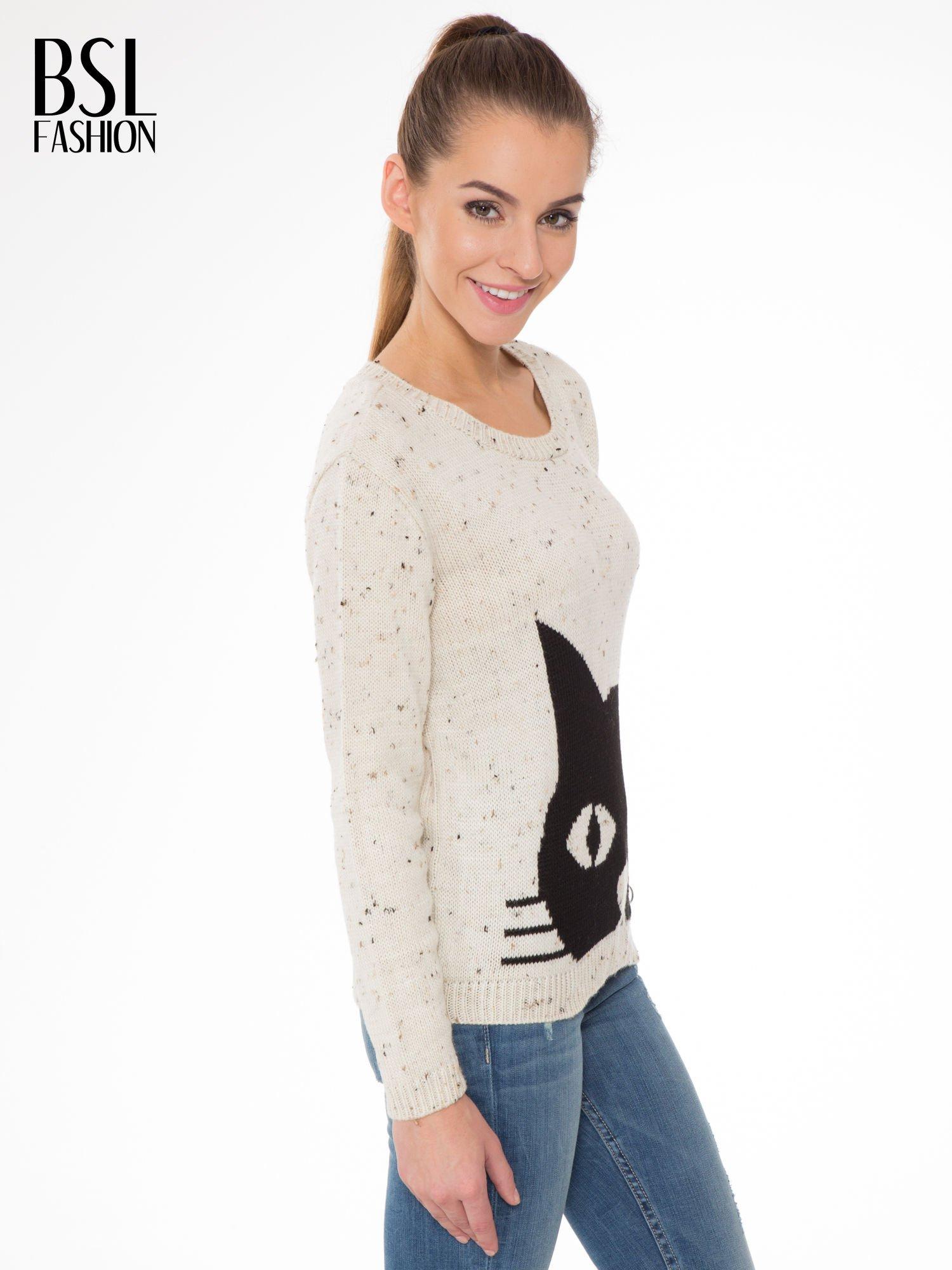 Ecru sweter z nadrukiem kota                                  zdj.                                  3