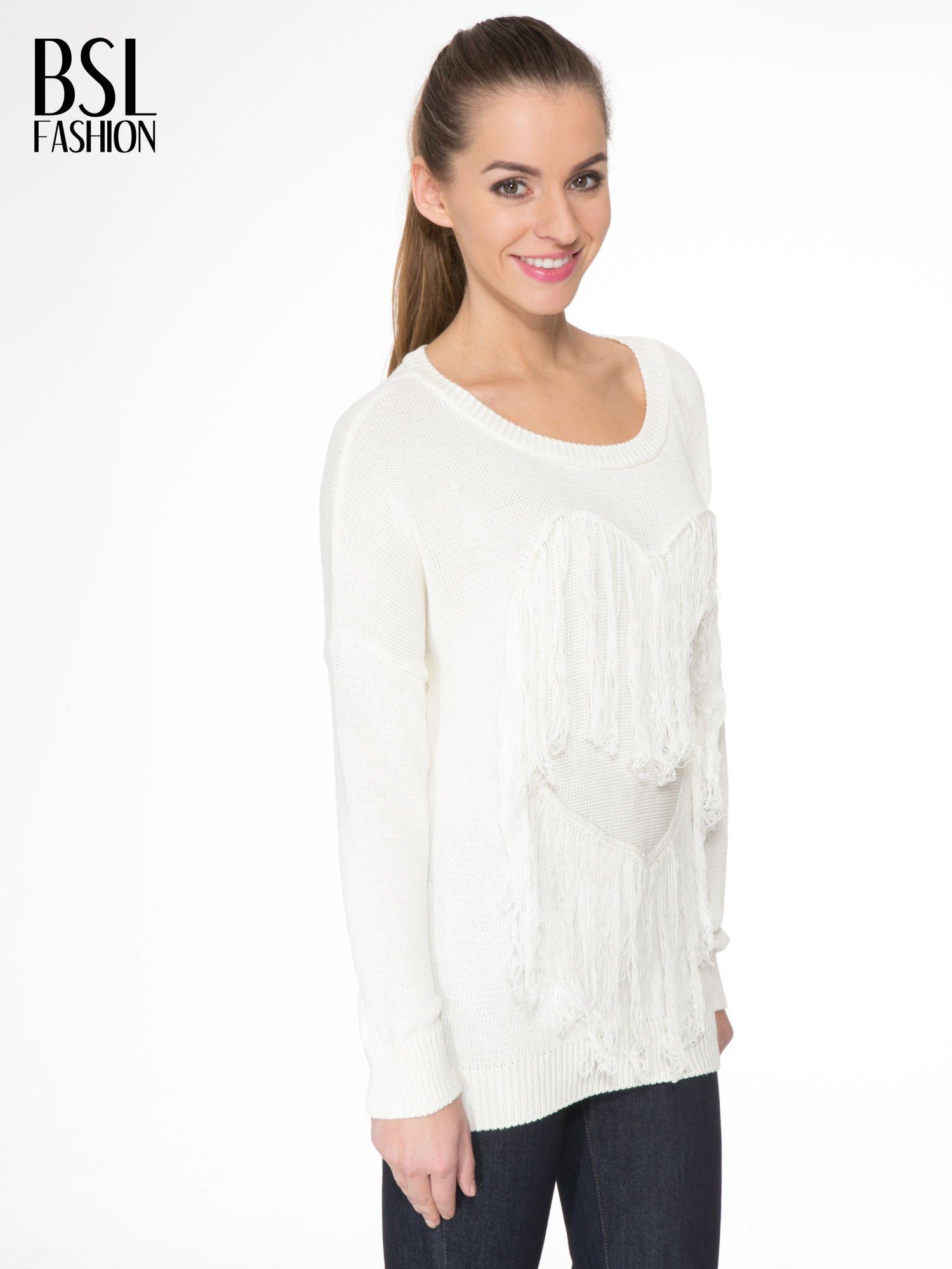 Ecru sweter z sercem obszytym frędzlami                                  zdj.                                  3