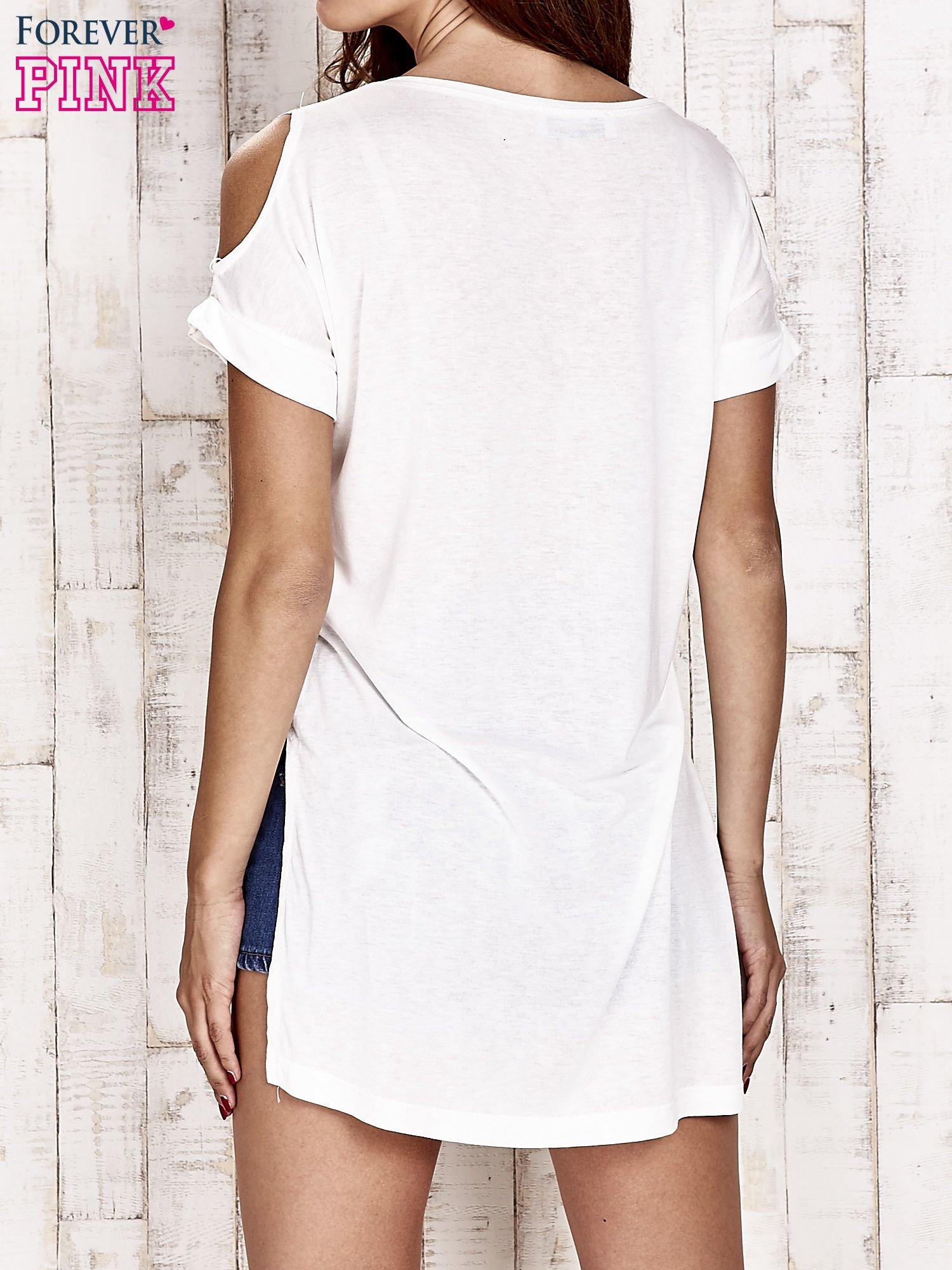 Ecru t-shirt boho w piórka z dłuższym tyłem                                  zdj.                                  4