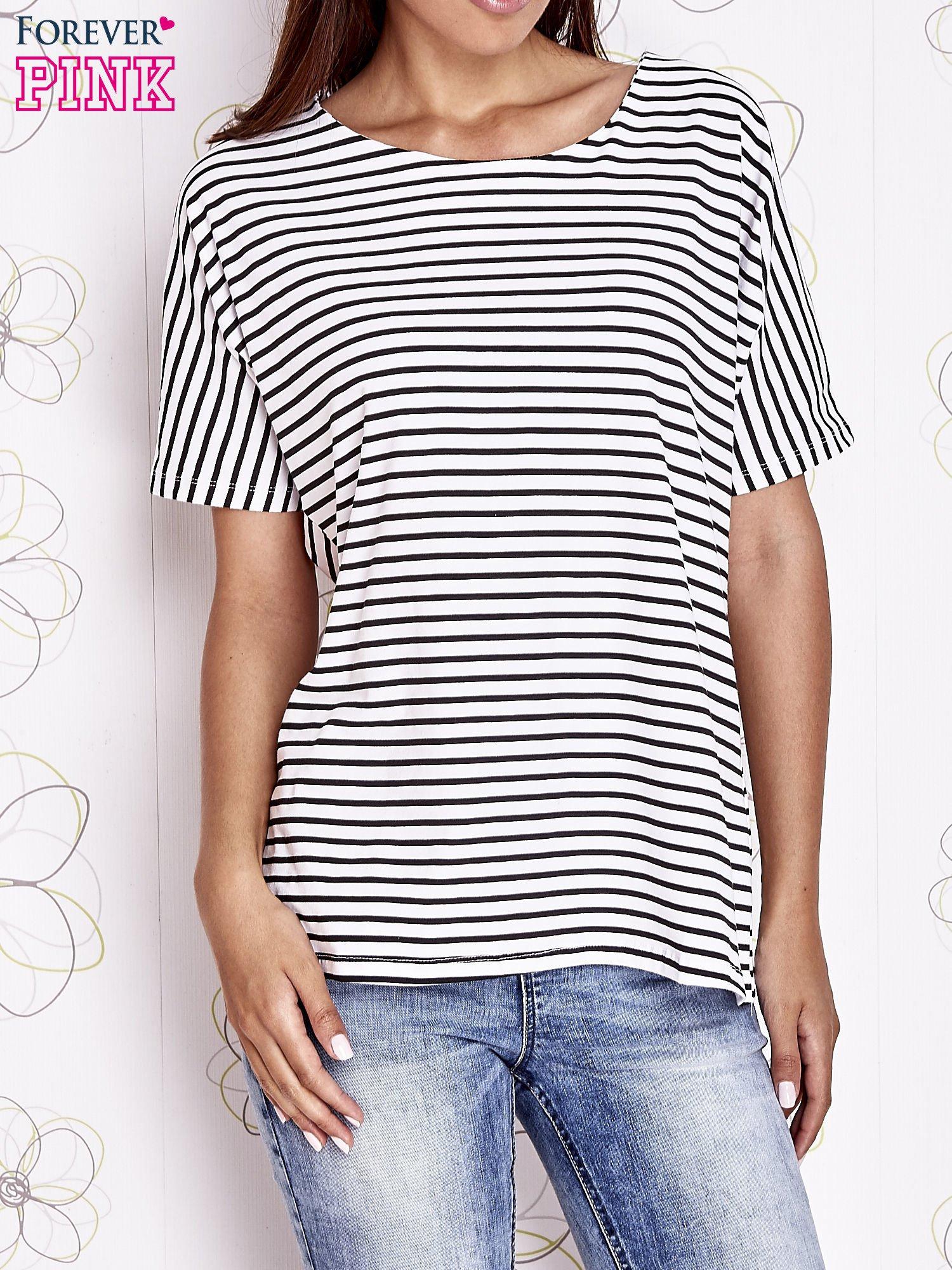 Ecru t-shirt w paski z ozdobnym dekoltem na plecach                                  zdj.                                  1