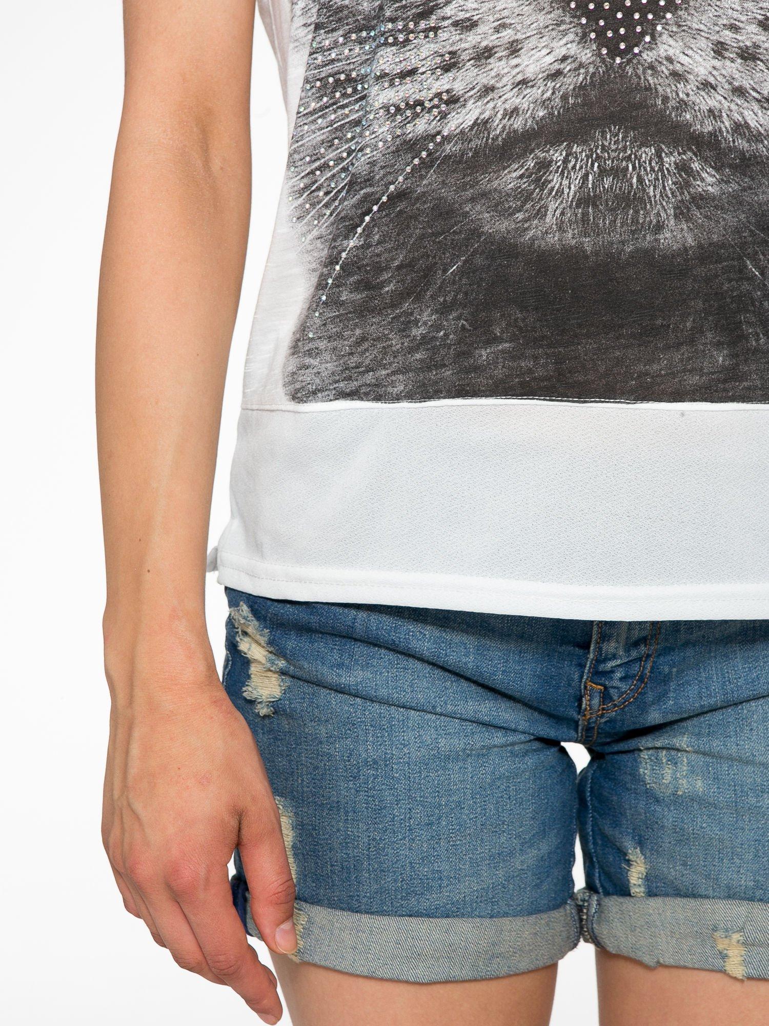 Ecru t-shirt z grafiką kota zdobioną dżetami                                  zdj.                                  6