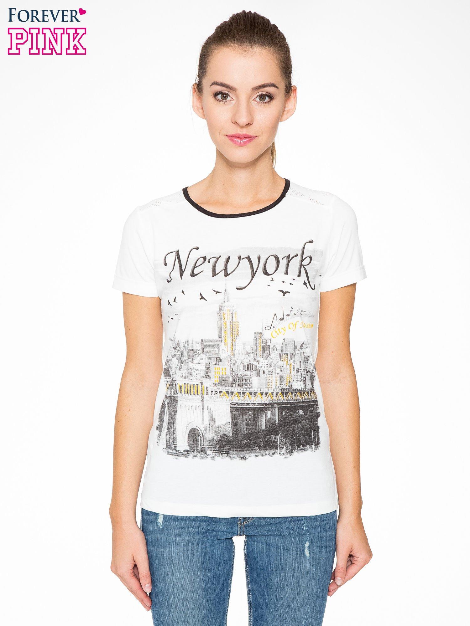 Ecru t-shirt z nadrukiem NEW YORK i ażurowym tyłem                                  zdj.                                  1