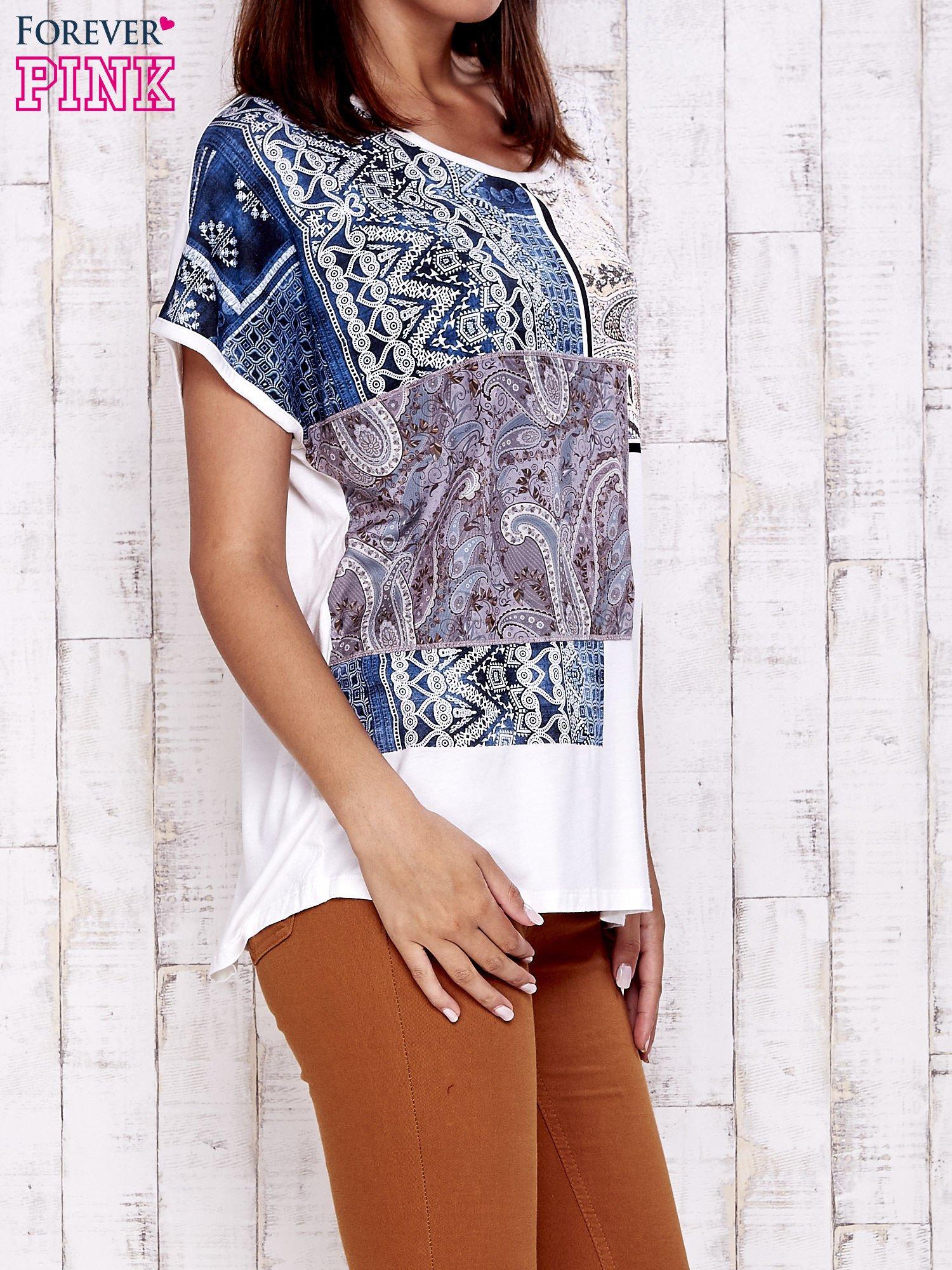 Ecru t-shirt z nadrukiem i naszywką z wzorem paisley                                  zdj.                                  1