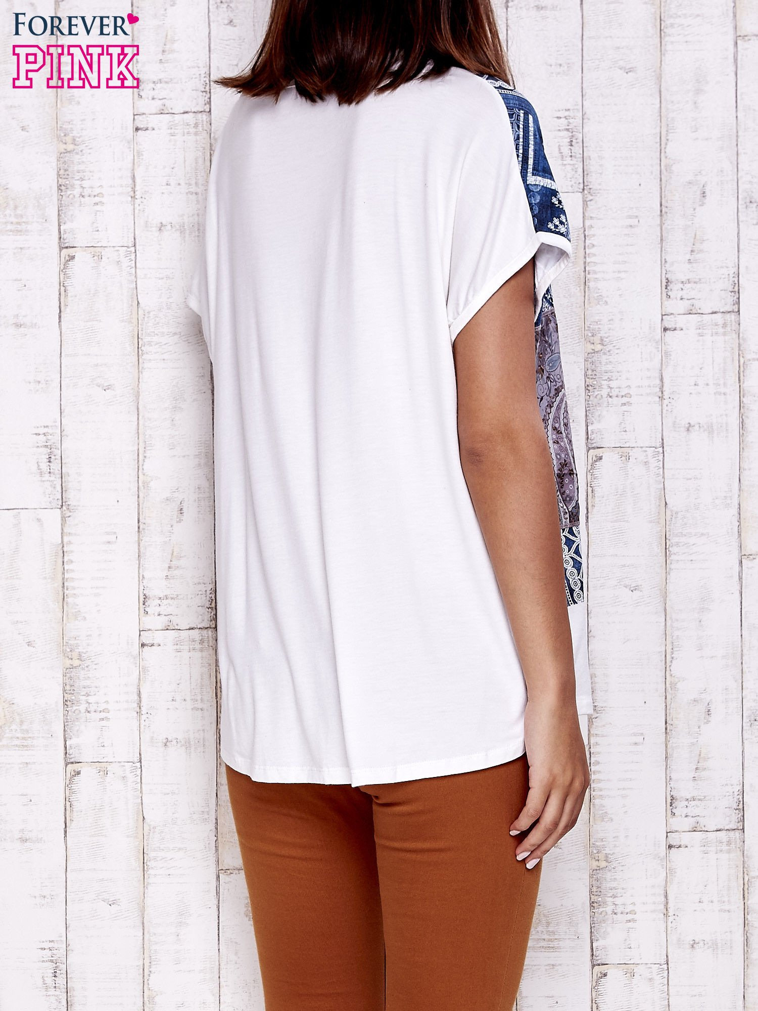 Ecru t-shirt z nadrukiem i naszywką z wzorem paisley                                  zdj.                                  4