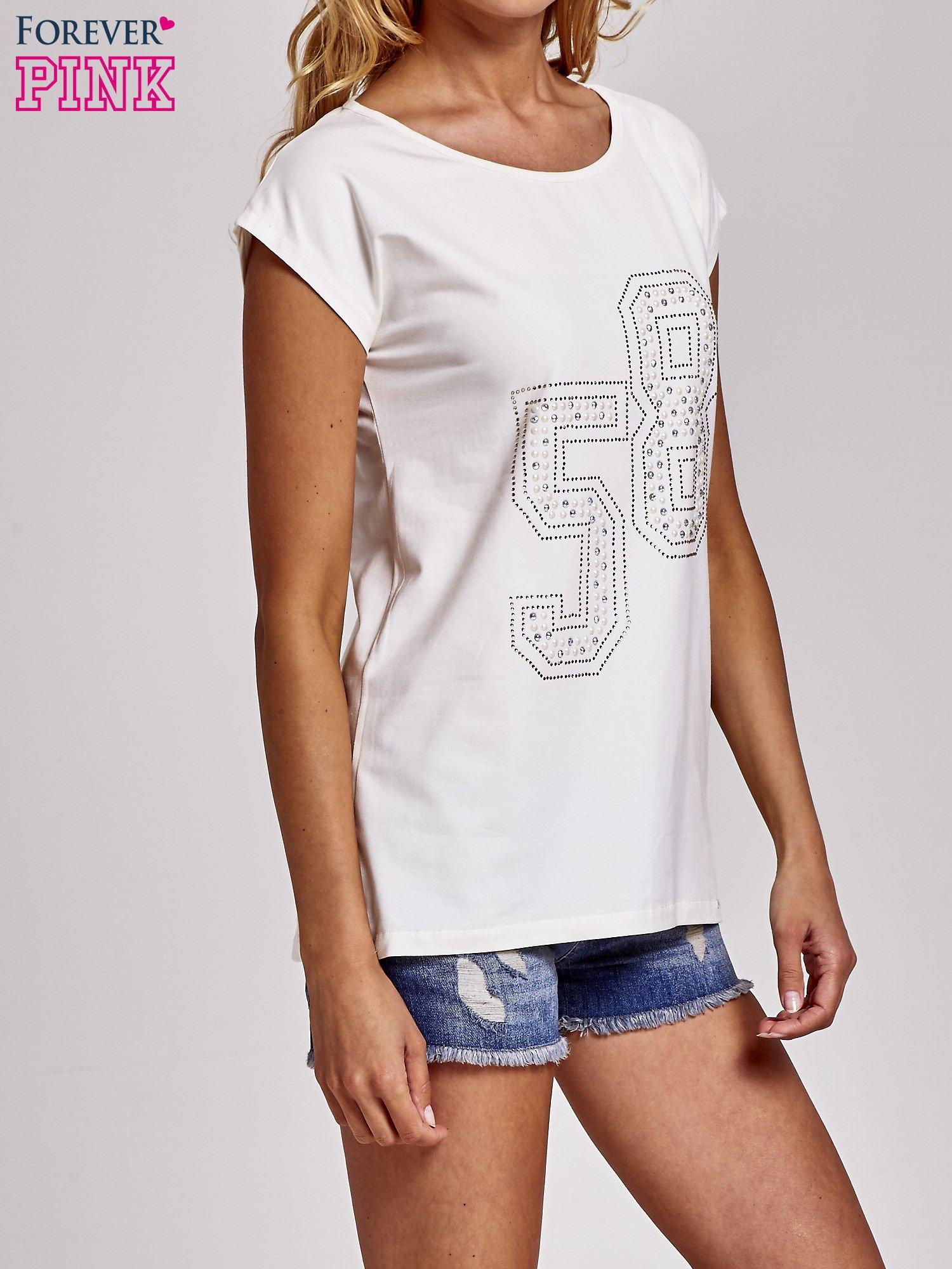 Ecru t-shirt z numerem 58 z dżetów                                  zdj.                                  3