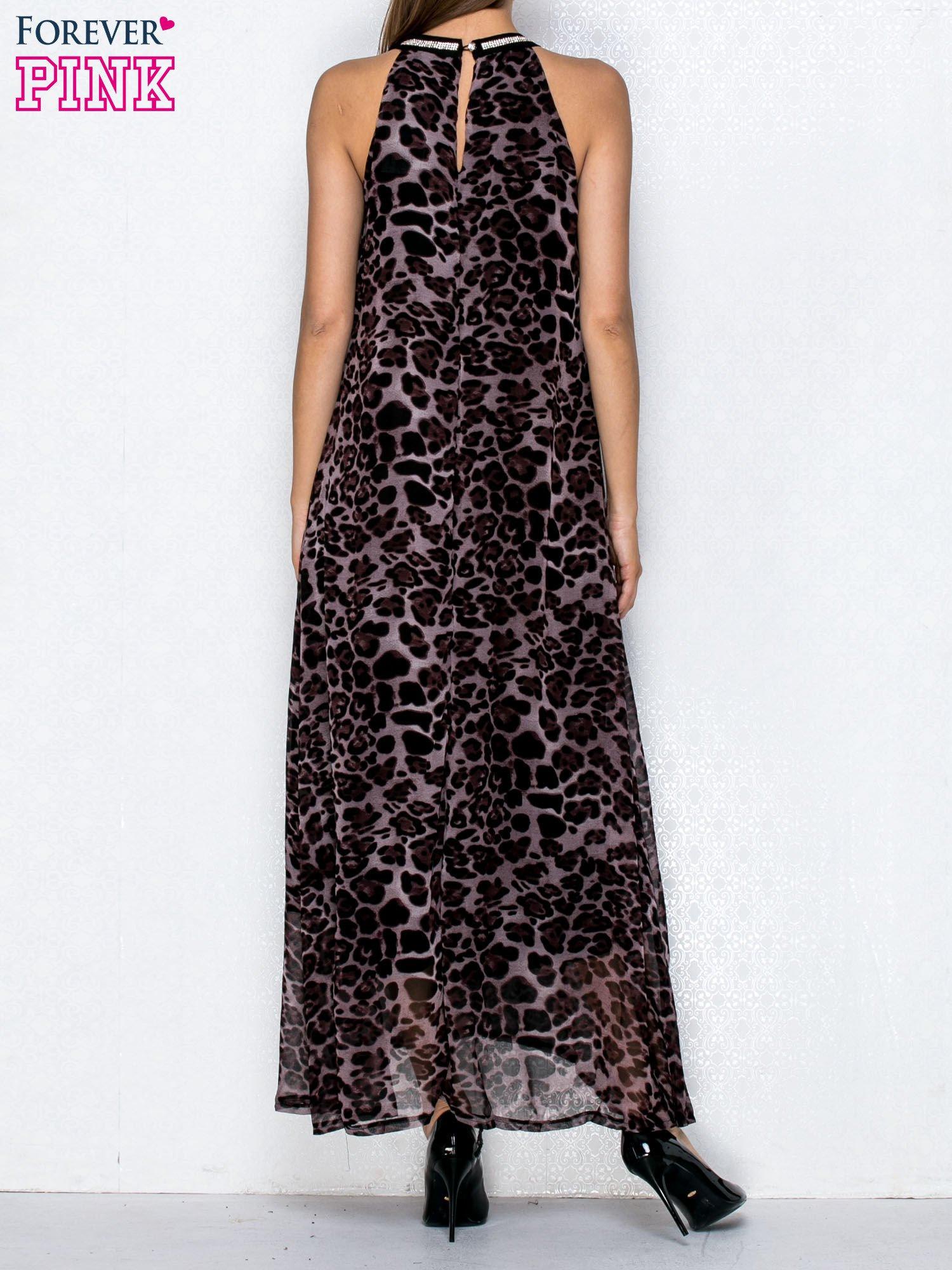 Fioletowa sukienka maxi w panterę z biżuteryjnym dekoltem                                  zdj.                                  2