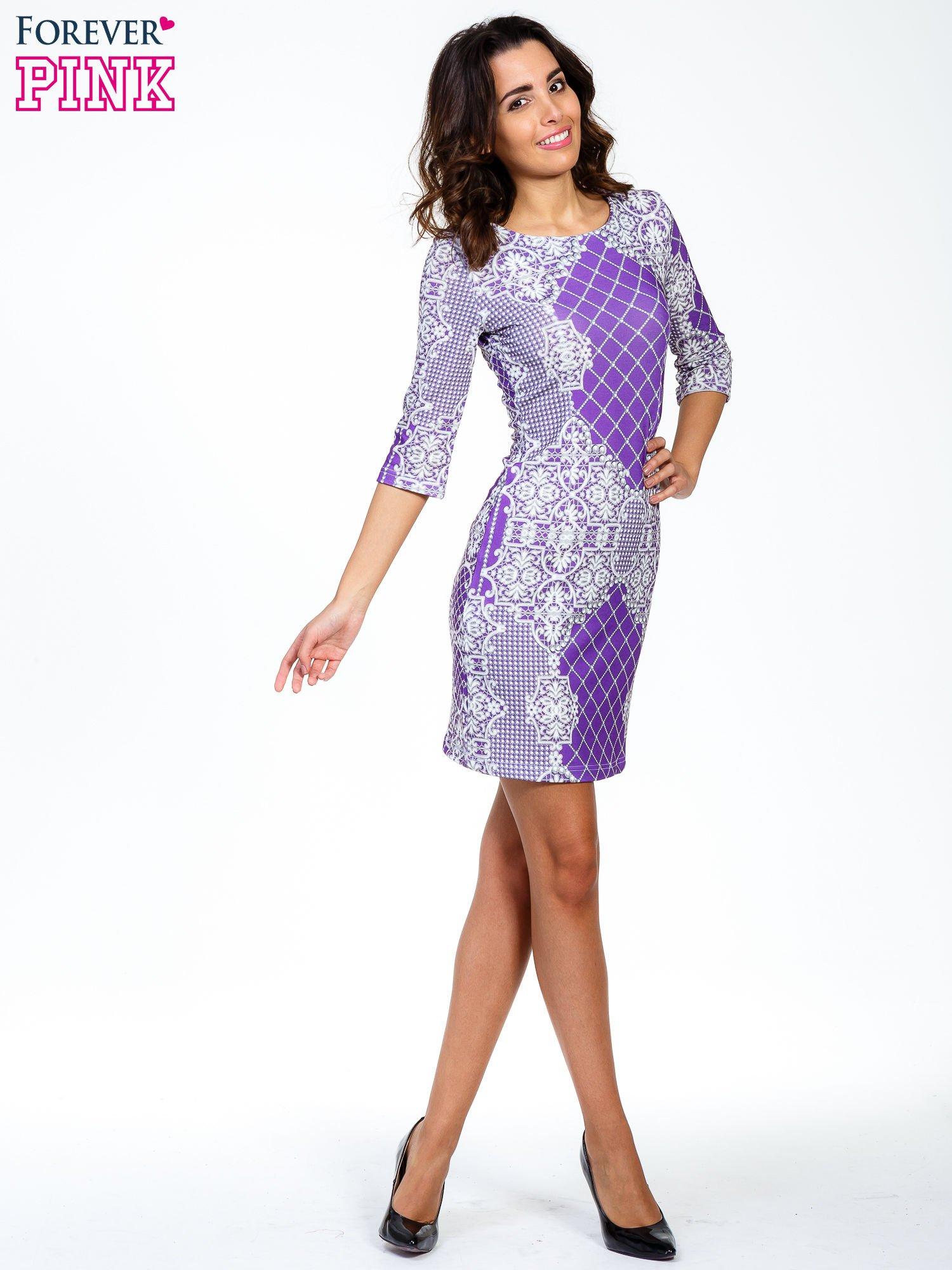 Fioletowa sukienka z koronkowym i kraciastym nadrukiem                                  zdj.                                  2