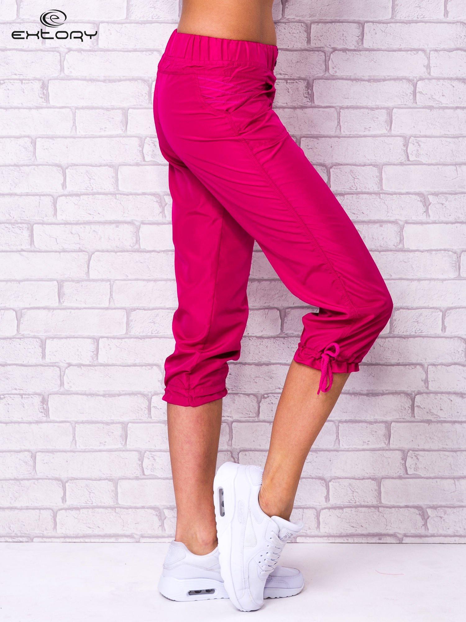 Fioletowe spodnie sportowe capri z guzikami                                  zdj.                                  3