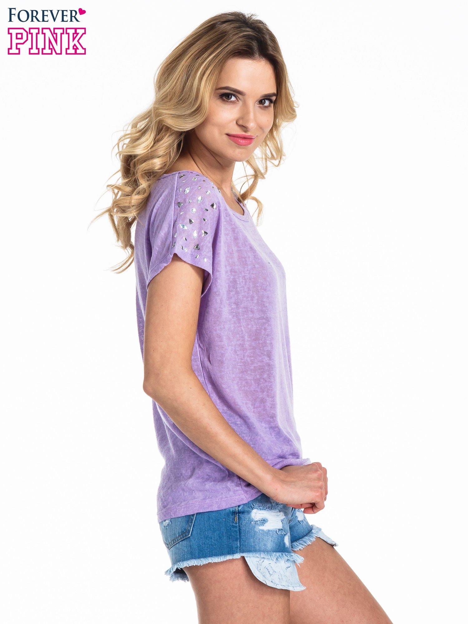 Fioletowy t-shirt z kryształkami na rękawach                                  zdj.                                  3