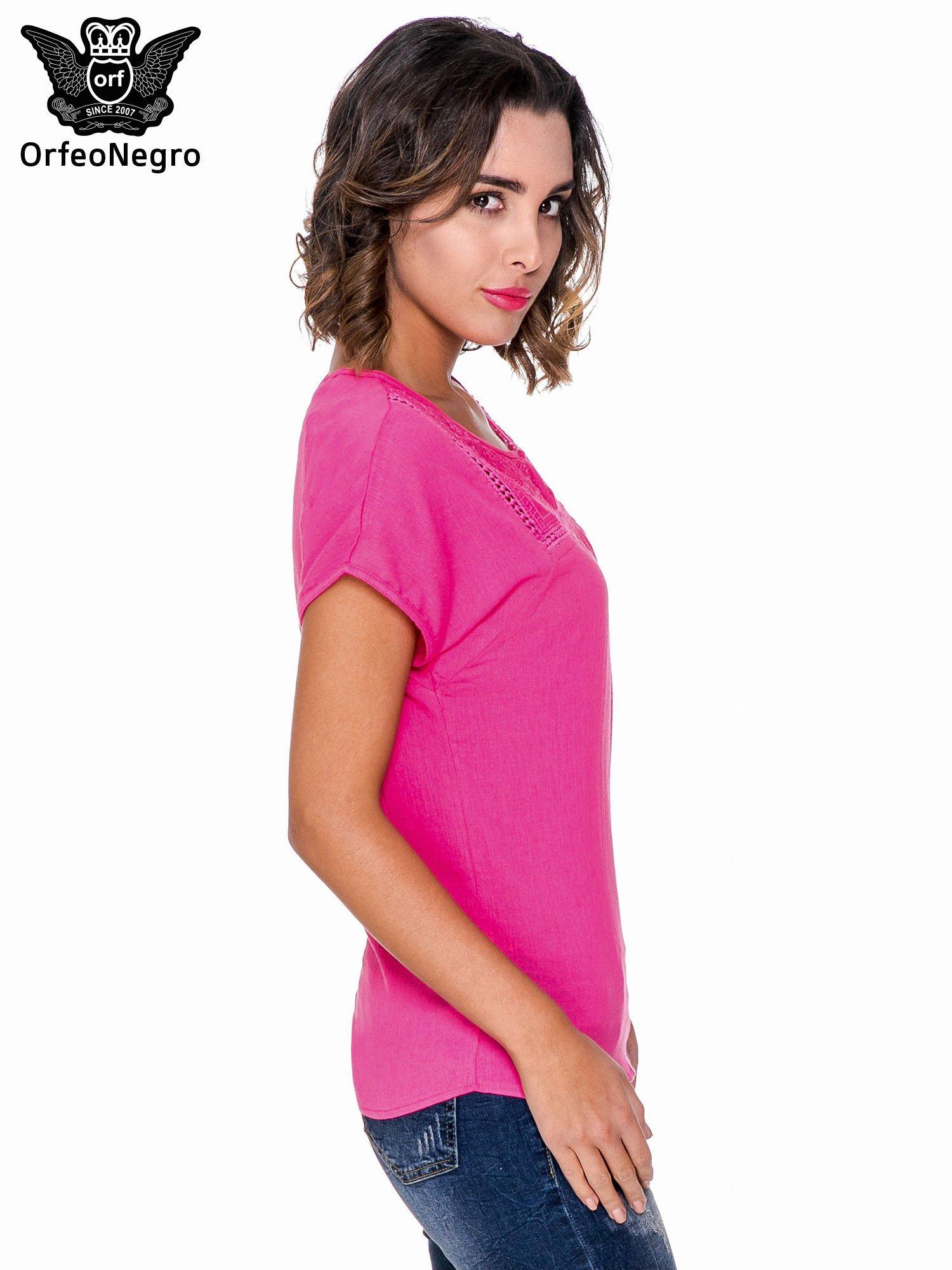 Fuksjowa bluzka koszulowa z haftem i ażurowaniem przy dekolcie                                  zdj.                                  3