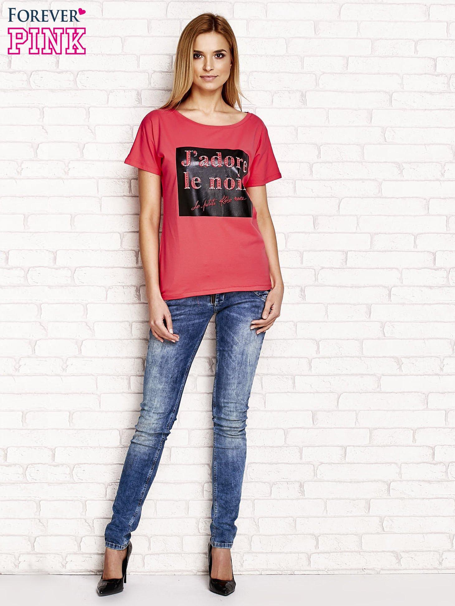 Fuksjowy t-shirt z napisem J'ADORE LE NOIR                                  zdj.                                  4