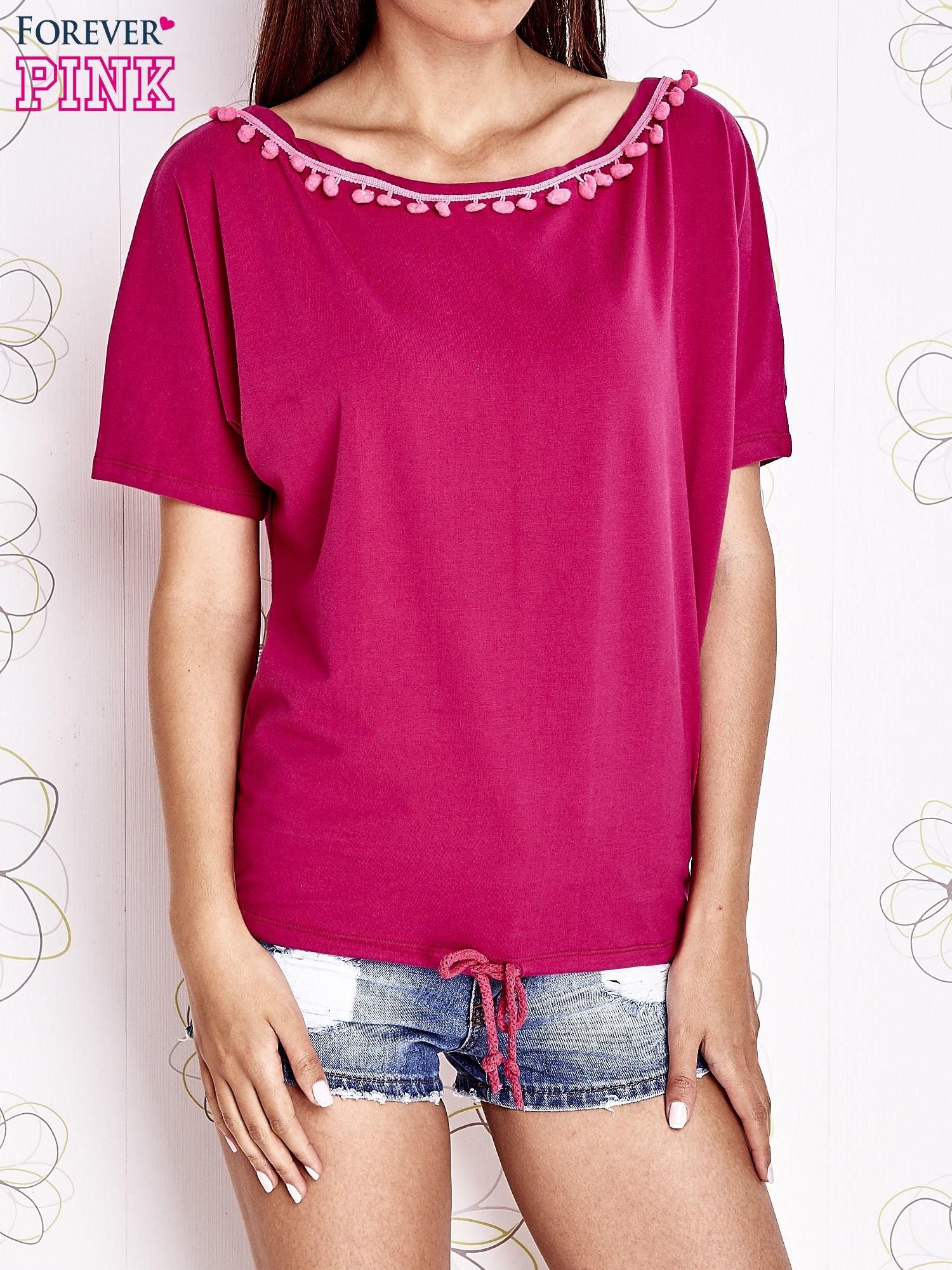Fuksjowy t-shirt z różowymi pomponikami przy dekolcie                                  zdj.                                  1