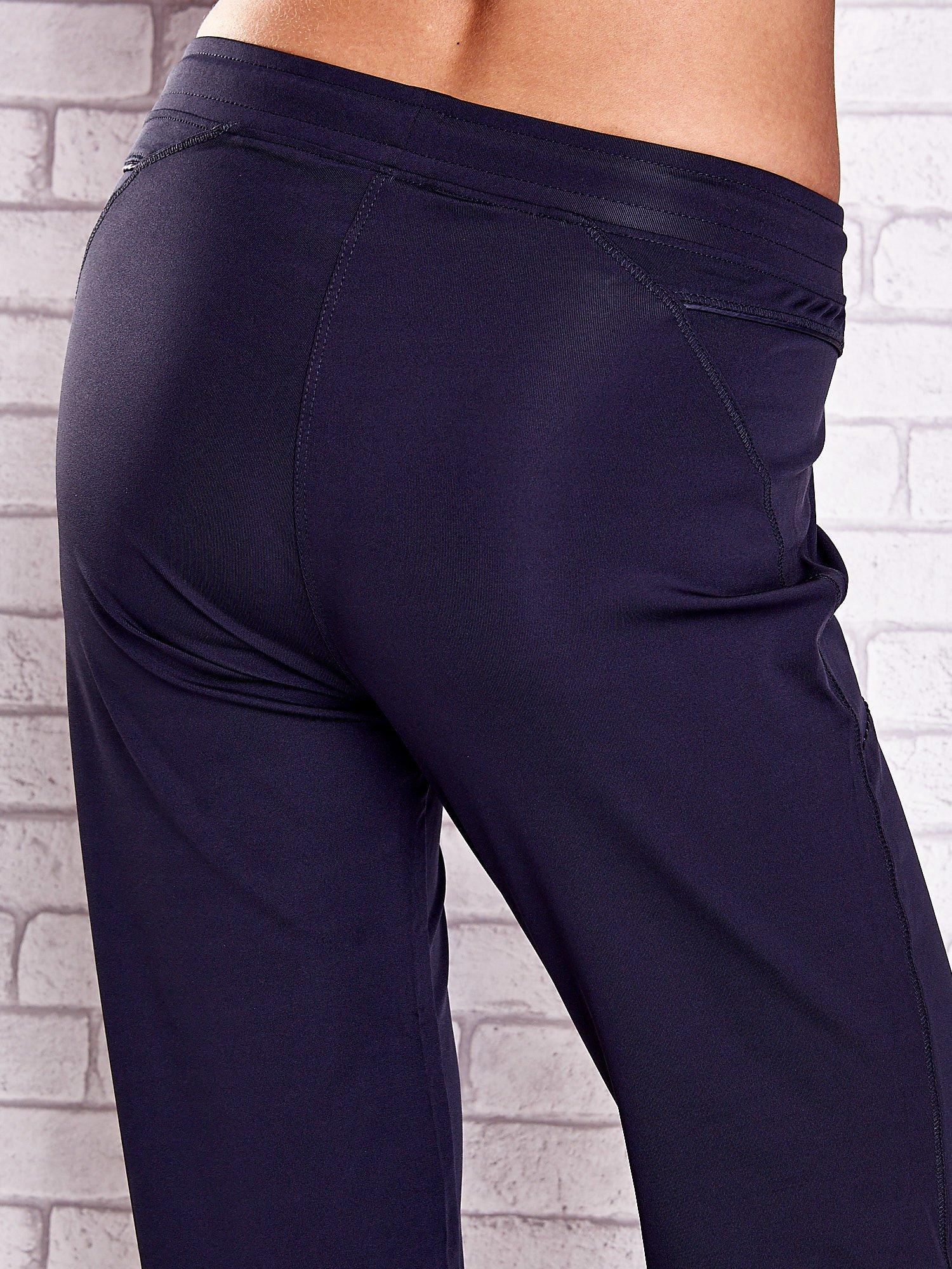 Grafitowe spodnie capri z kieszonką i haftem PLUS SIZE                                  zdj.                                  6