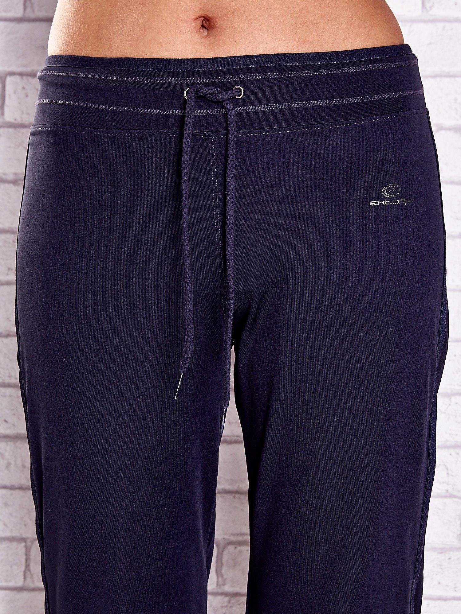 Grafitowe spodnie capri z siateczką z tyłu PLUS SIZE                                  zdj.                                  4