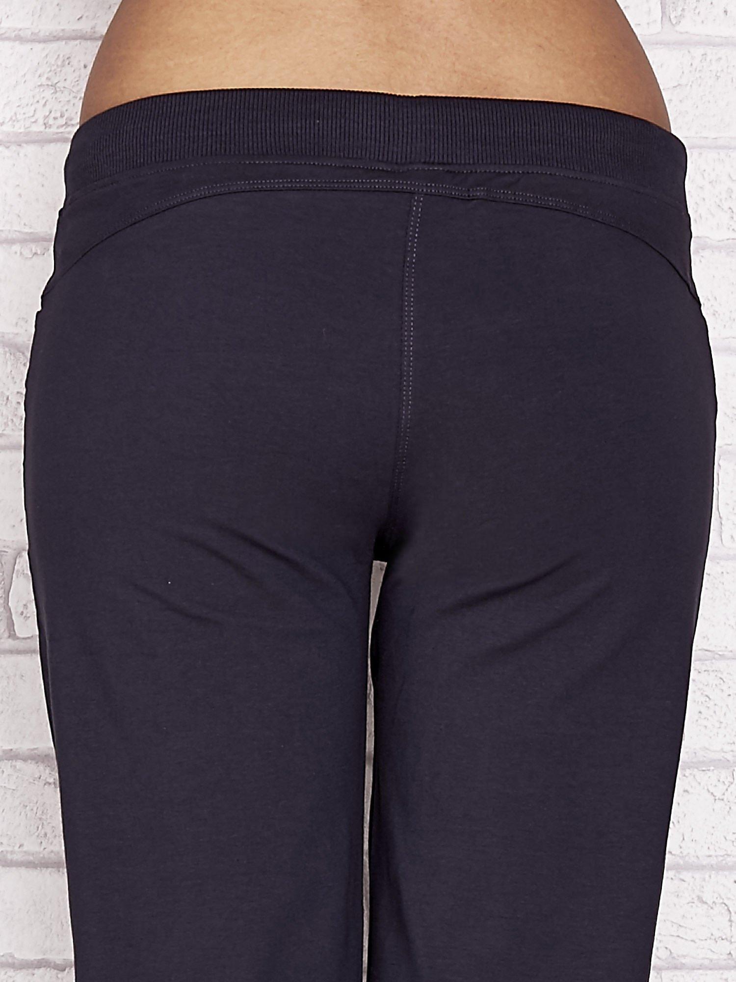 Grafitowe spodnie dresowe capri z aplikacją na kieszeniach                                  zdj.                                  6