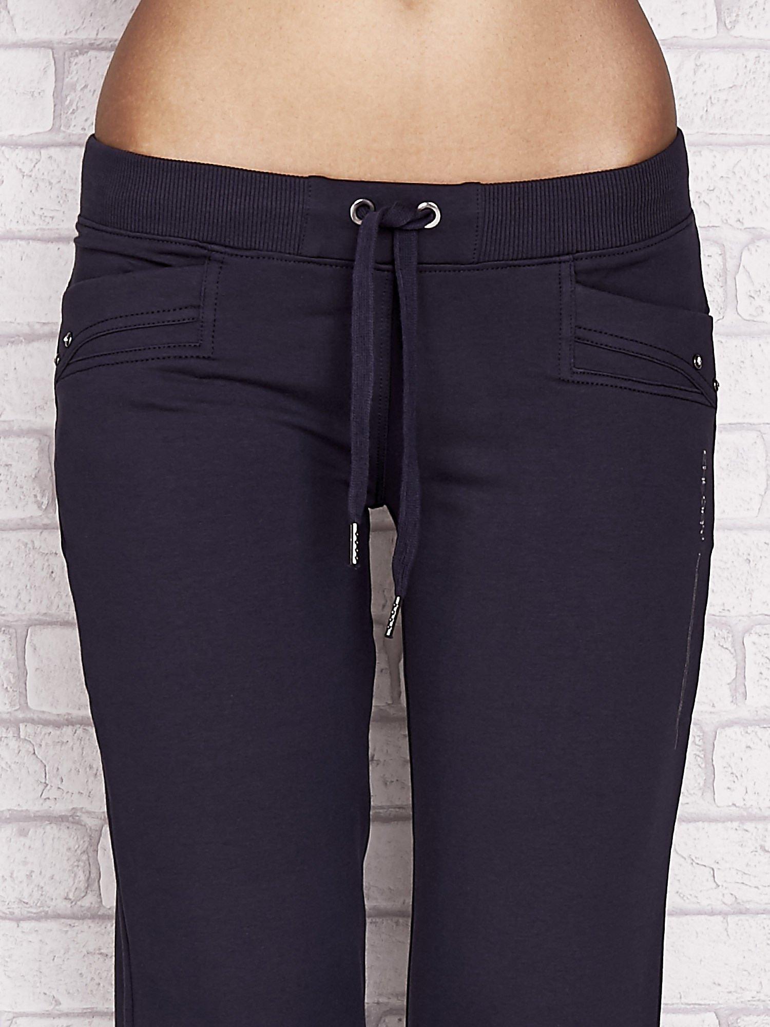 Grafitowe spodnie dresowe capri z dżetami na kieszeniach                                  zdj.                                  4
