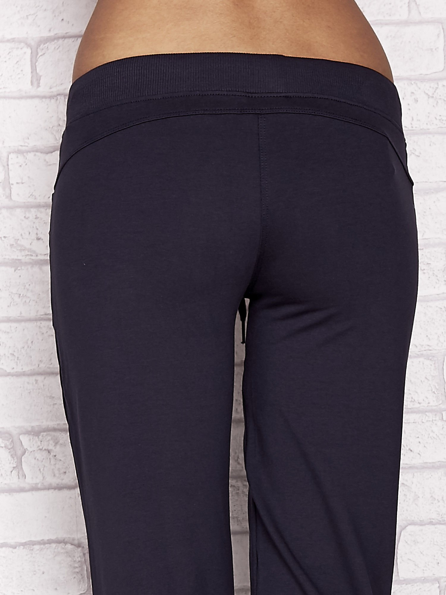 Grafitowe spodnie dresowe capri z dżetami na kieszeniach                                  zdj.                                  6